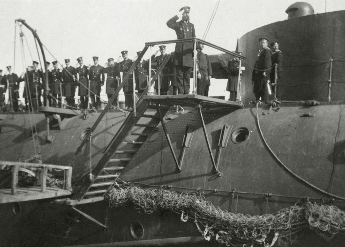 Экипаж броненосца «Петропавловск» построен для встречи нового командующего флотом вице-адмирала С.О.Макарова