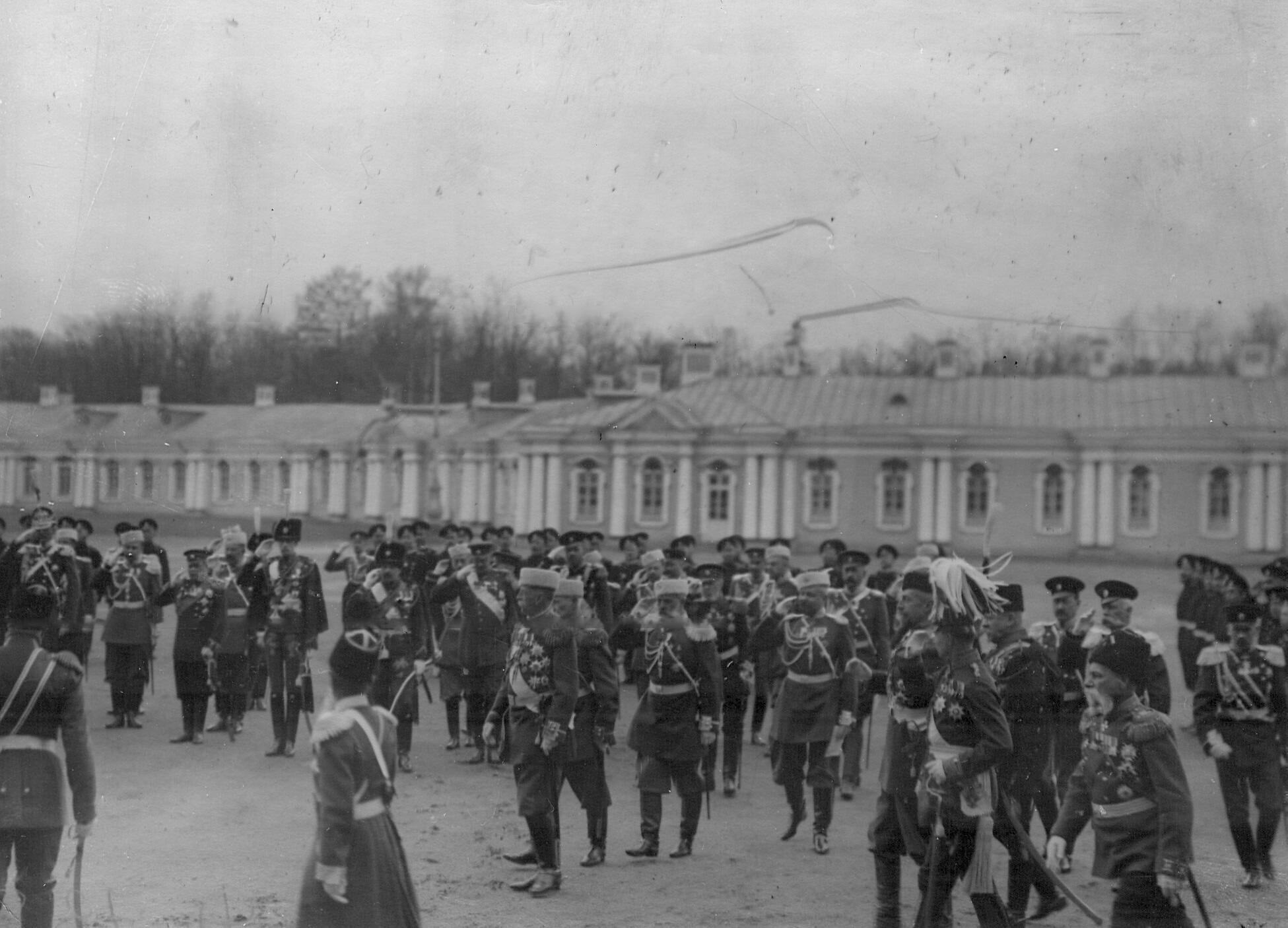 Группа членов свиты и высшего командного состава  2-го Царскосельского стрелкового батальона на параде. 17 апреля 1909