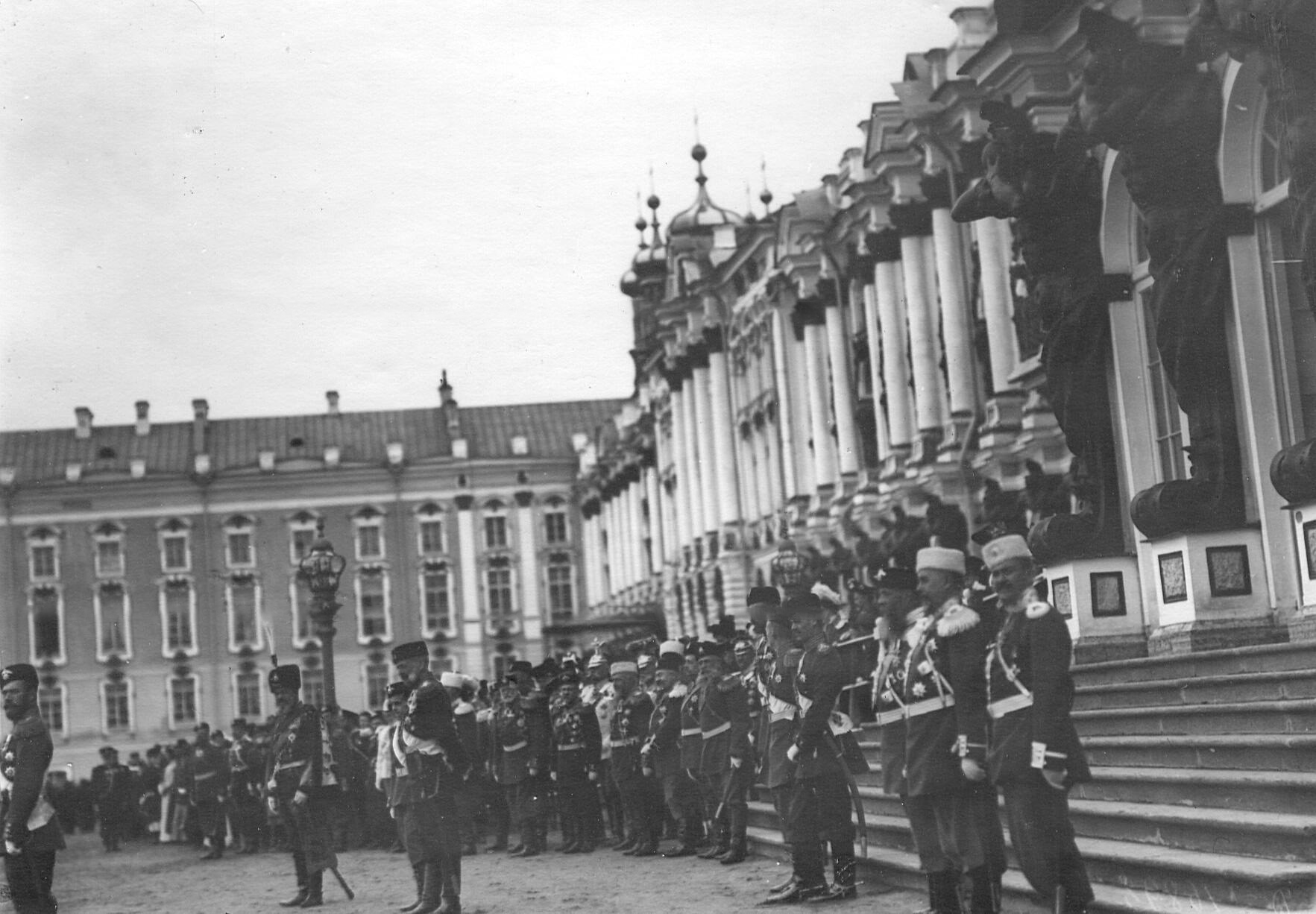 Император Николай II, великие князья и генералитет принимают парад 1-го и 2-го стрелковых батальонов у Екатерининского дворца.