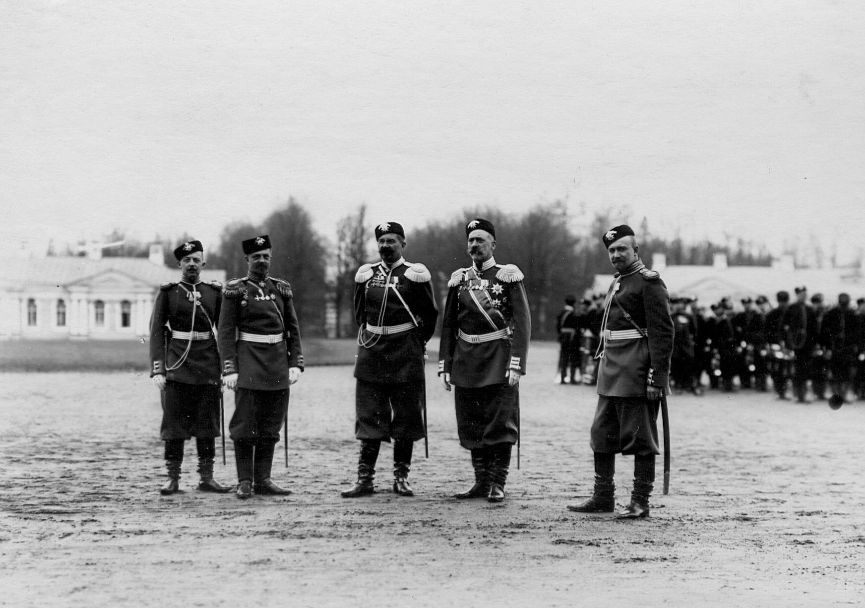 Группа генералов и офицеров батальонов на параде