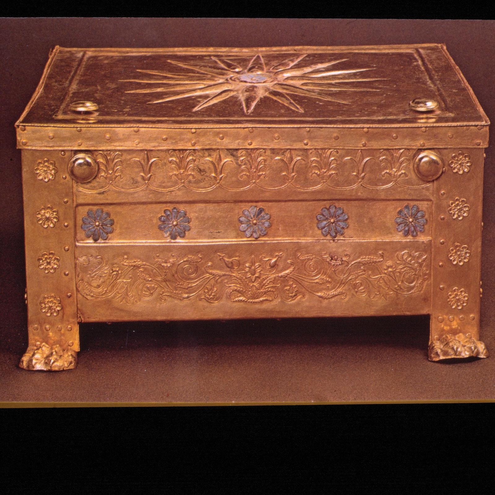 Археологический музей в Салониках. Золотой ларец из царских гробниц Вергины. Македонская звезда, 16 лучей. 348 г. до н.э