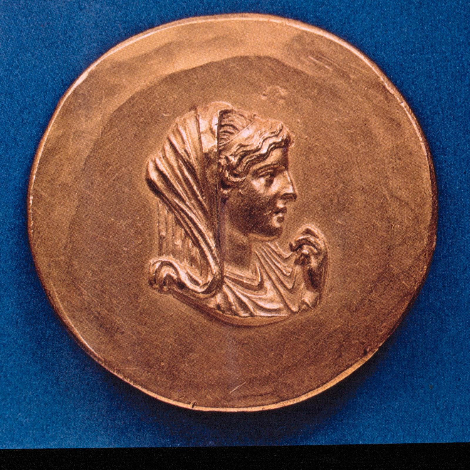 Археологический музей в Салониках. Золотой медальон с бюстом Олимпиады.