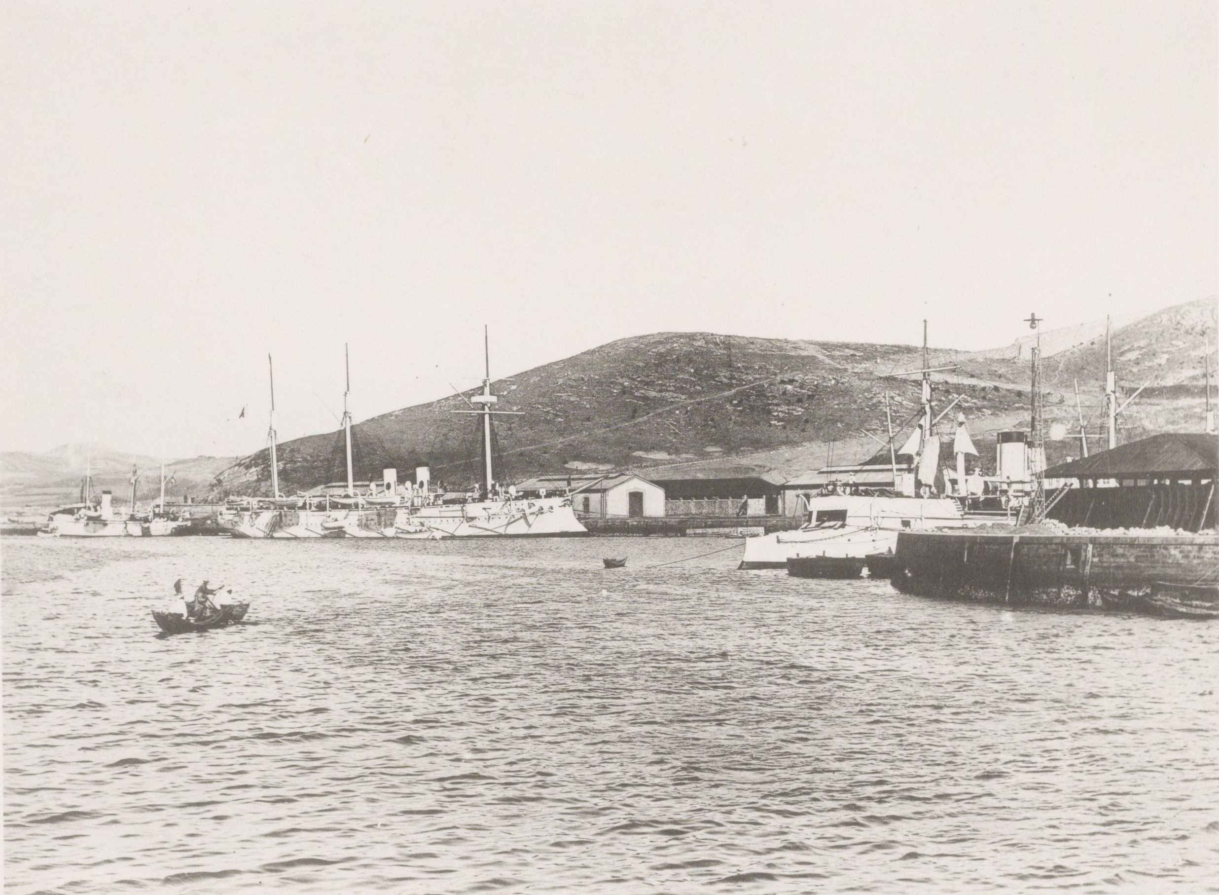 Вид кораблей и лодок у пристани