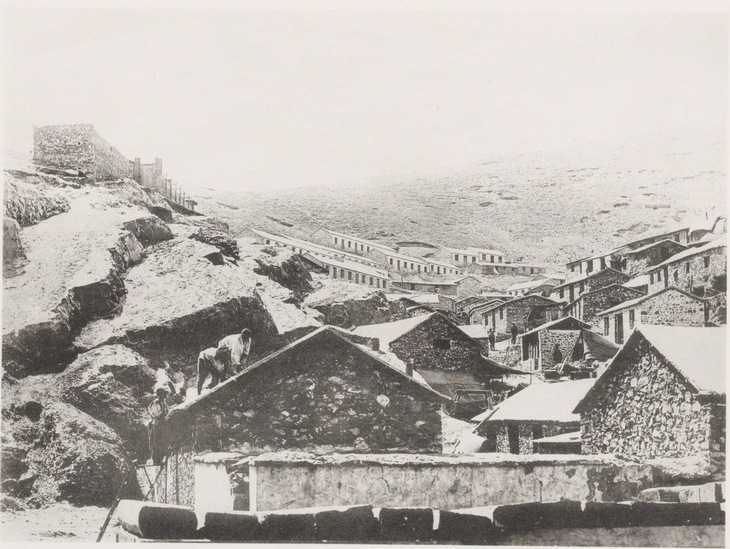 Дома рабочих по склону горы