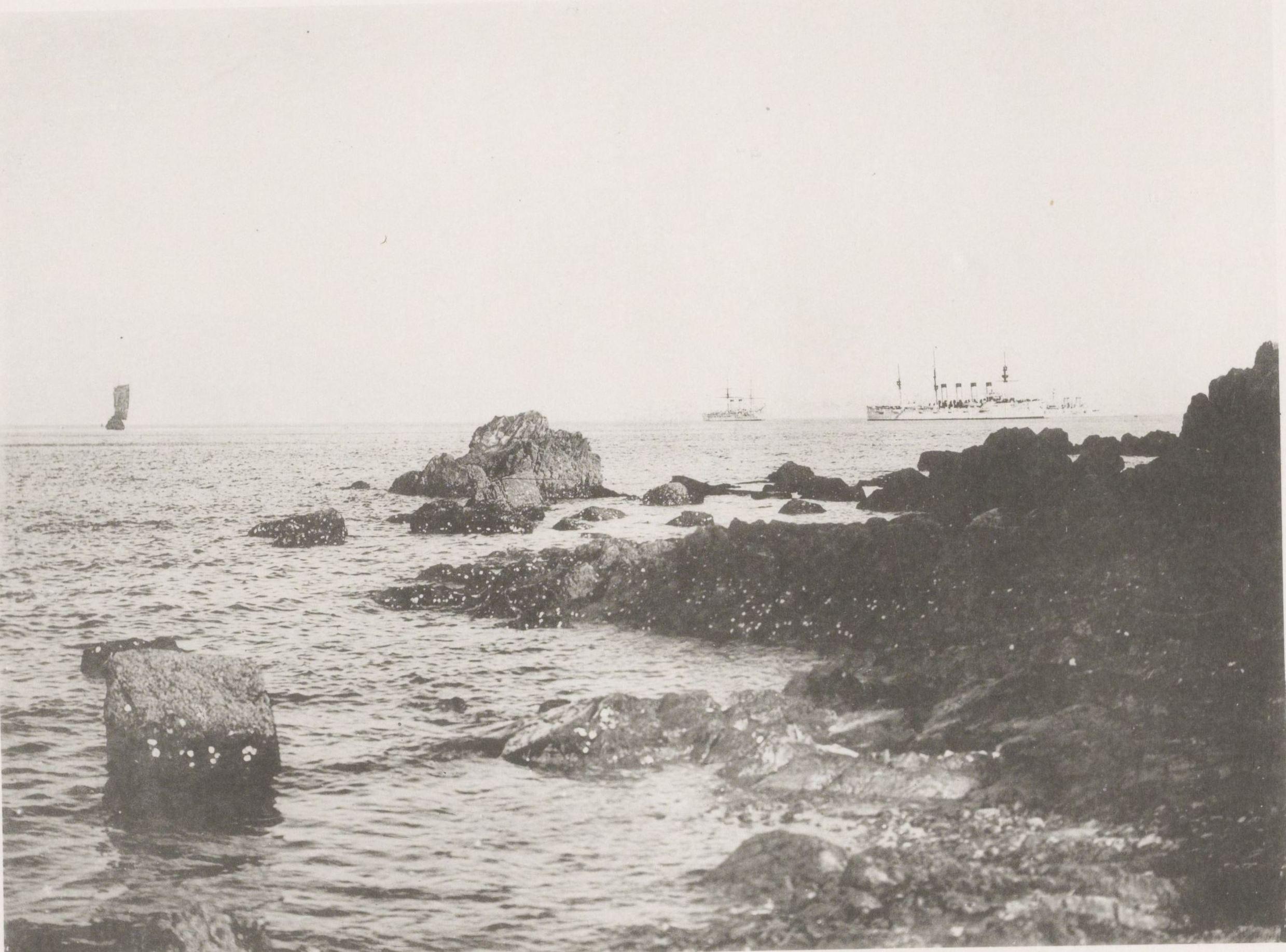 Скалы вдоль побережья