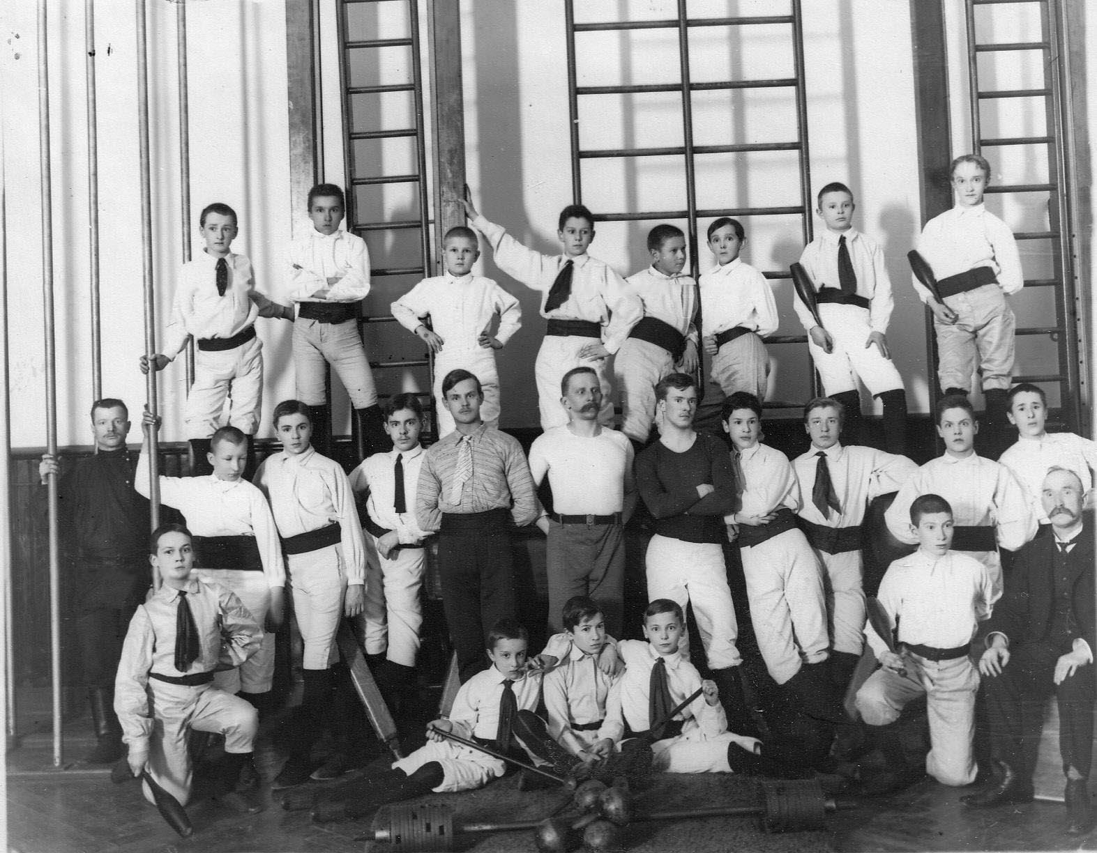 Группа юных членов общества «Пальма» в гимнастическом зале