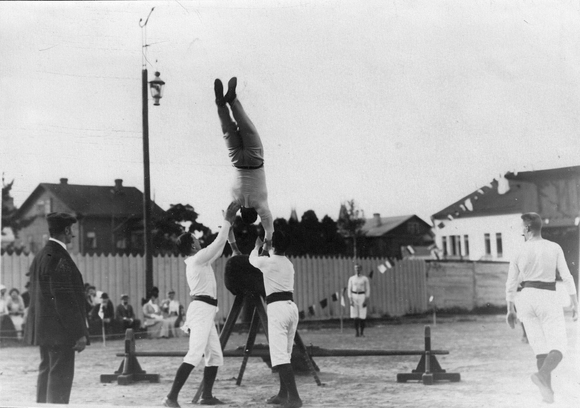 Члены гимнастического общества «Пальма» выполняют упражнения на козле