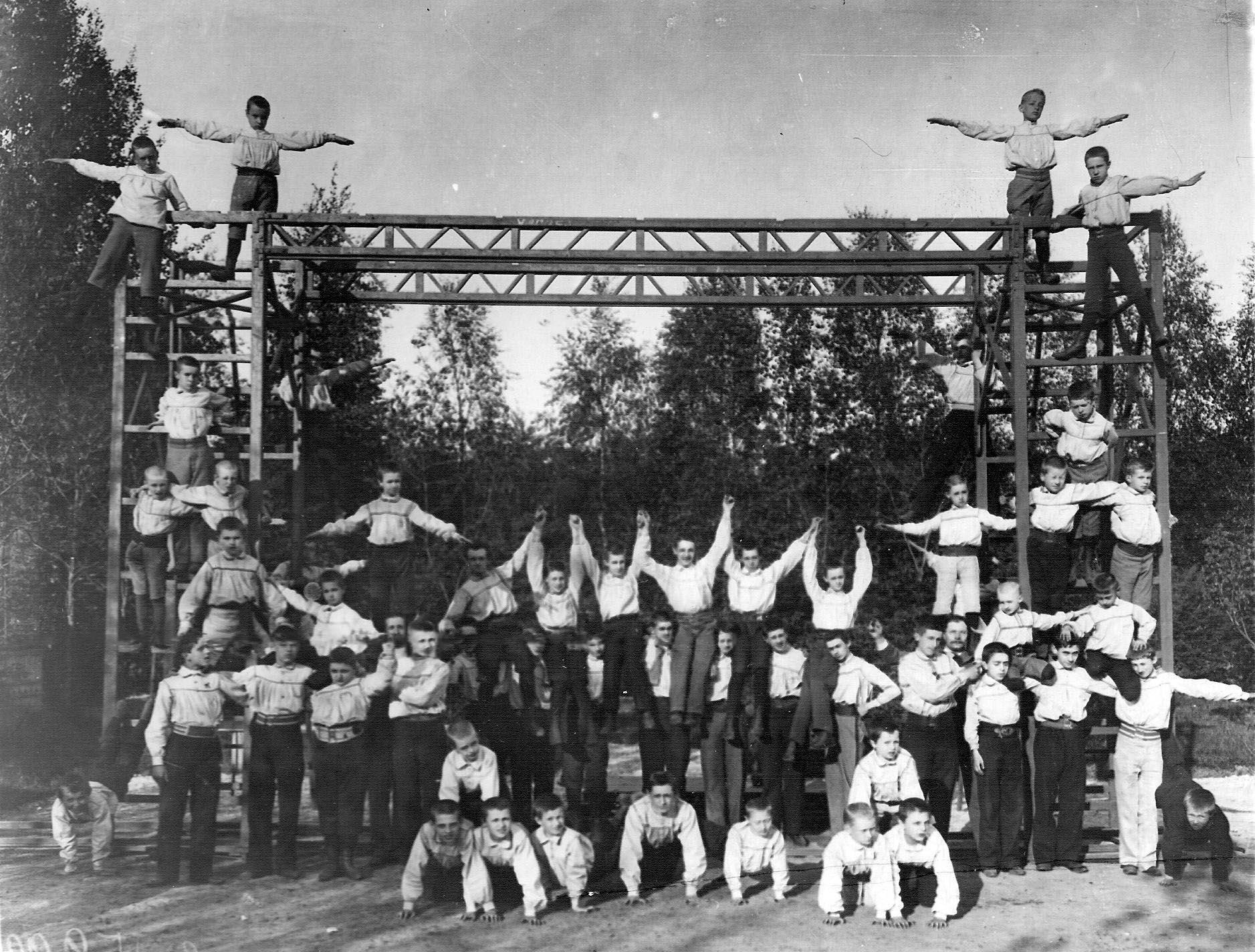 Члены  общества выполняют пирамиду во время спортивных соревнований