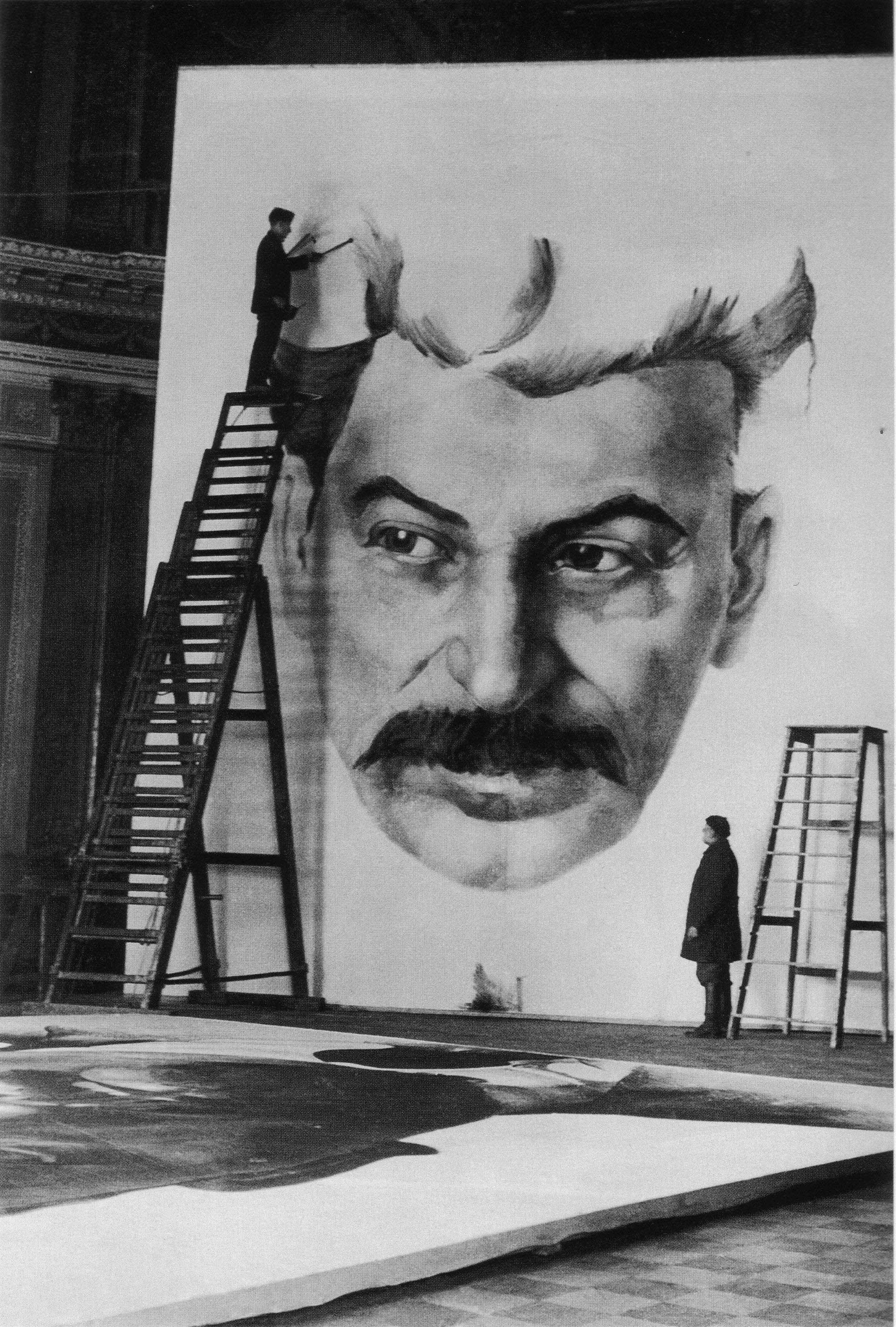 Студенты Академии художеств работают над портретом Сталина для украшения города к 1 мая 1934 года