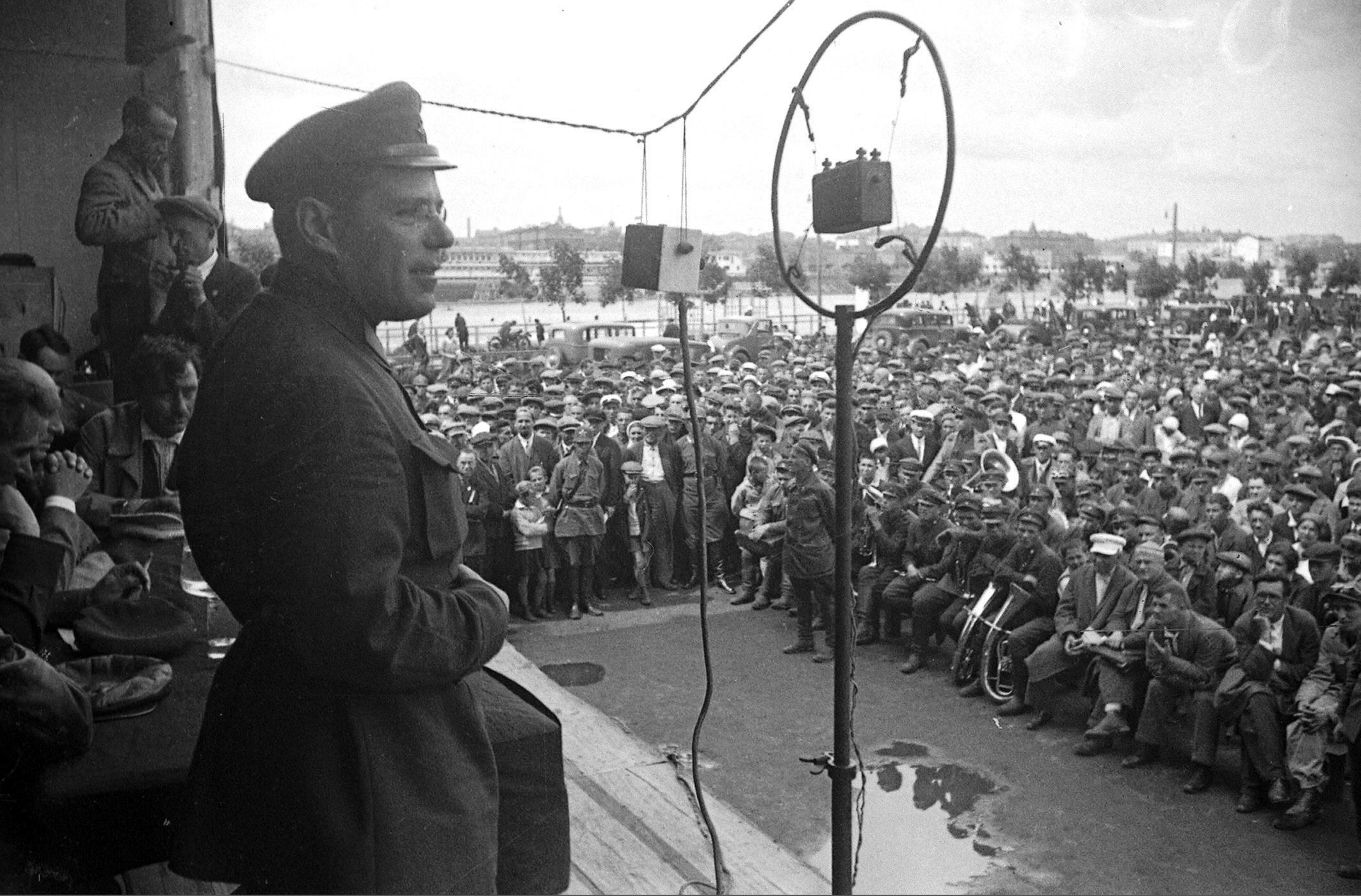 1933. Выступление председателя комитета автопробега Москва-Каракум-Москва Н. В. Куйбышева перед стартом