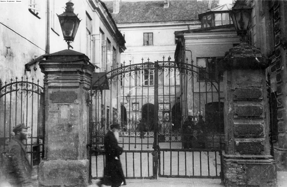 1925 - 1930. У ворот Большой синагоги
