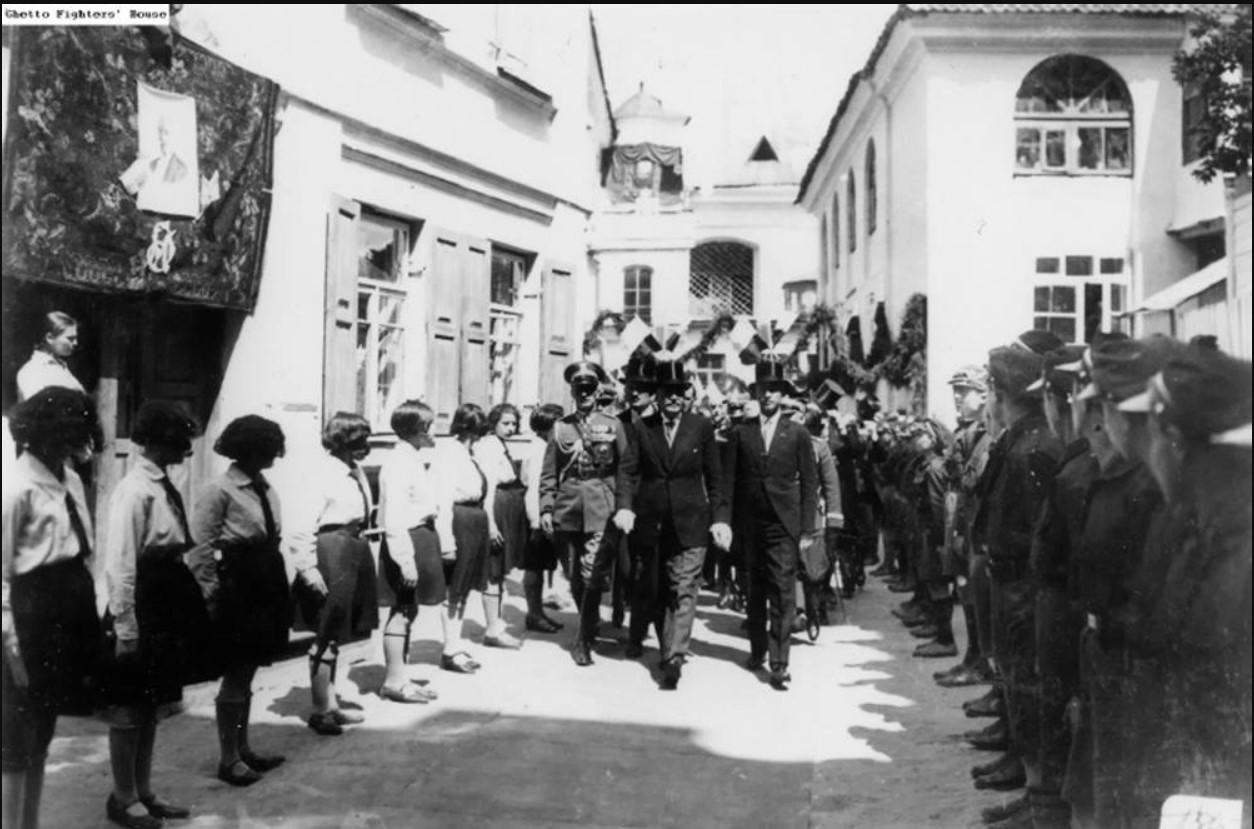 1930. Президент Польши Игнасий Москицкий посетил еврейскую общину Вильно. Двор Большой синагоги, 20 июня