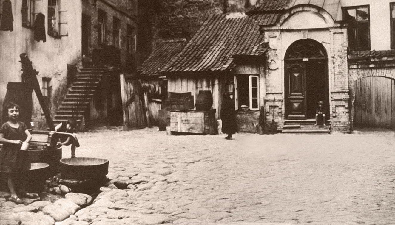 Здесь жил Виленский Гаон (1784-1795). Вход в центр молитвенного дома раввина Лейбы Лейзера