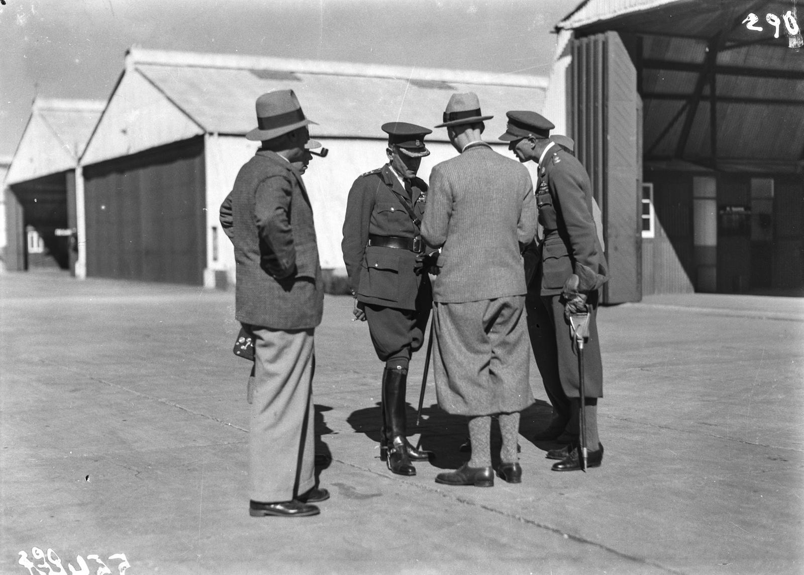 Южно-Африканский Союз. Претория.  Участники экспедиции на аэродроме беседуют с пилотами