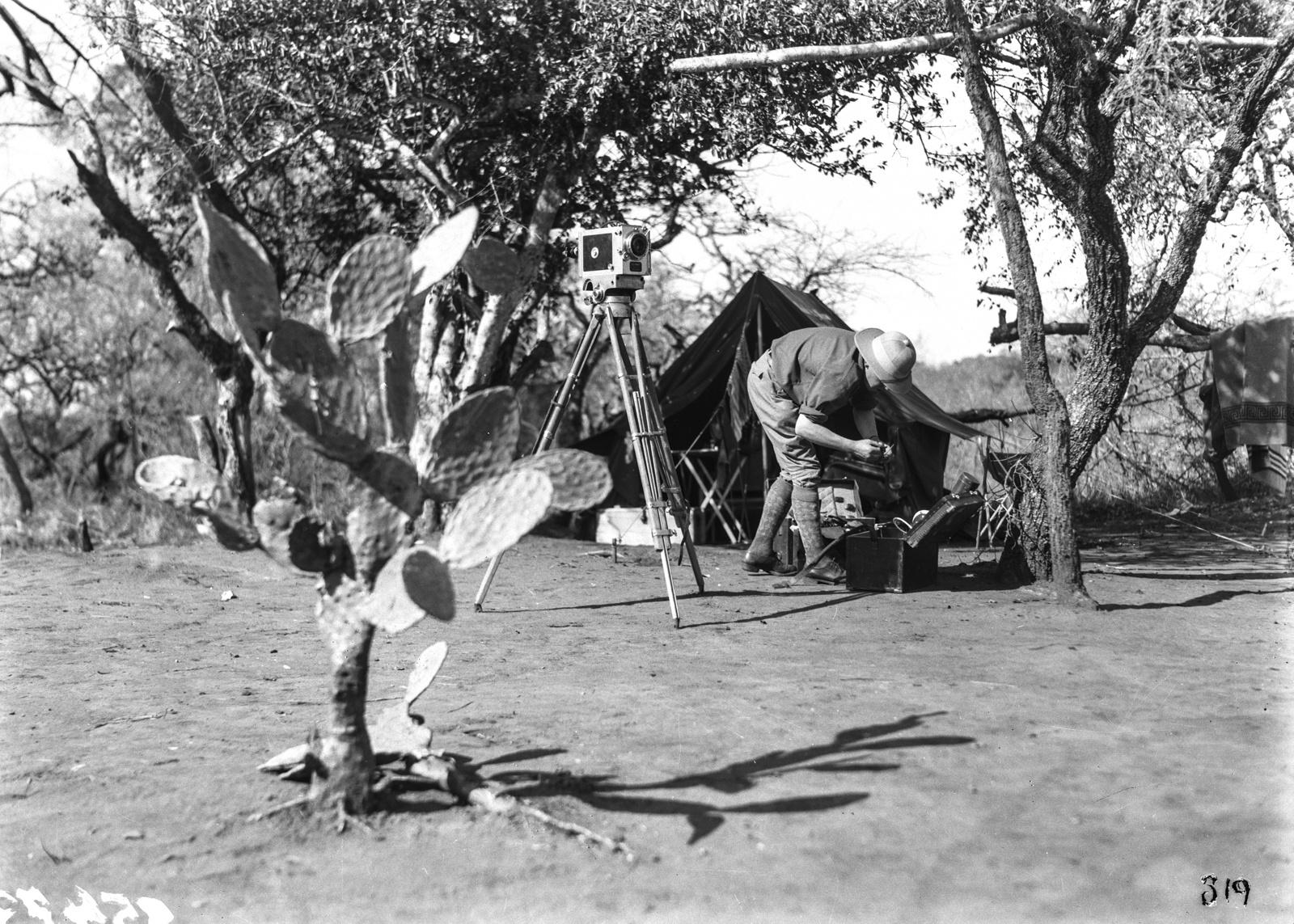 Южно-Африканский Союз. Квазулу-Наталь. Участник экспедиции в лагере возится с камерой