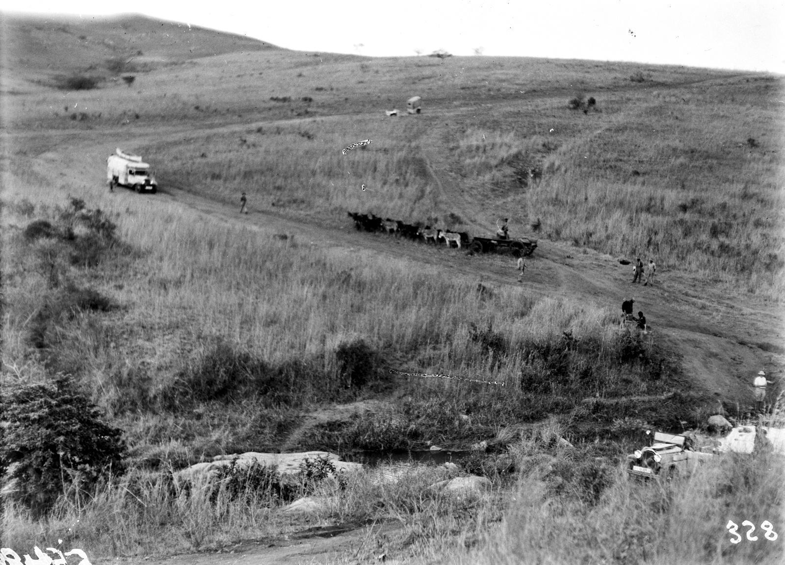 Южно-Африканский Союз. Квазулу-Наталь. Участники экспедиции едут по сельской местности