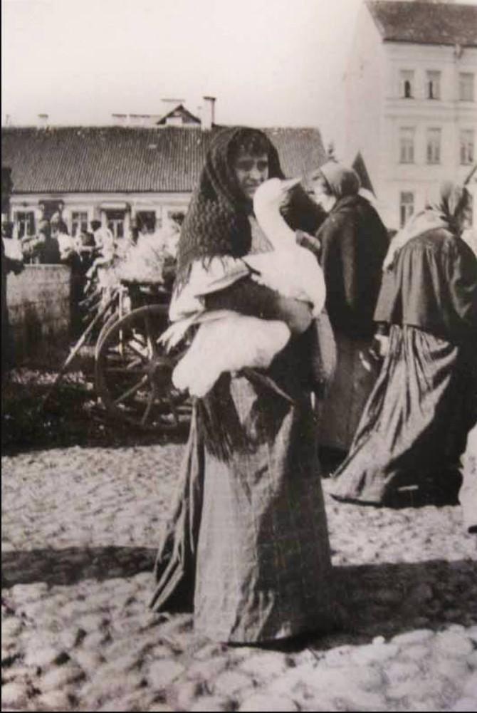 На рынке. 1895