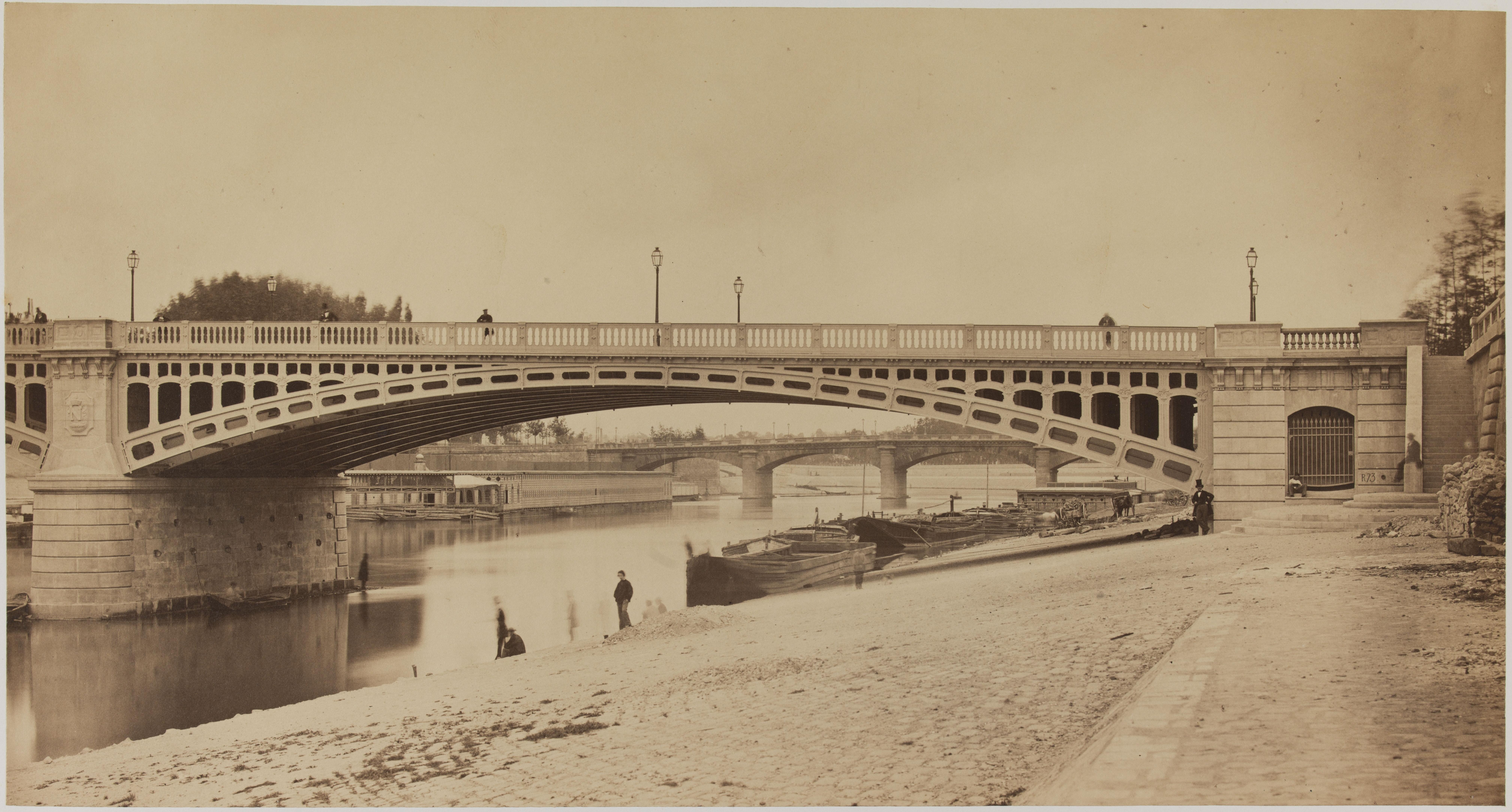 02.  Вид арки моста на левом берегу , снятый вниз по течению