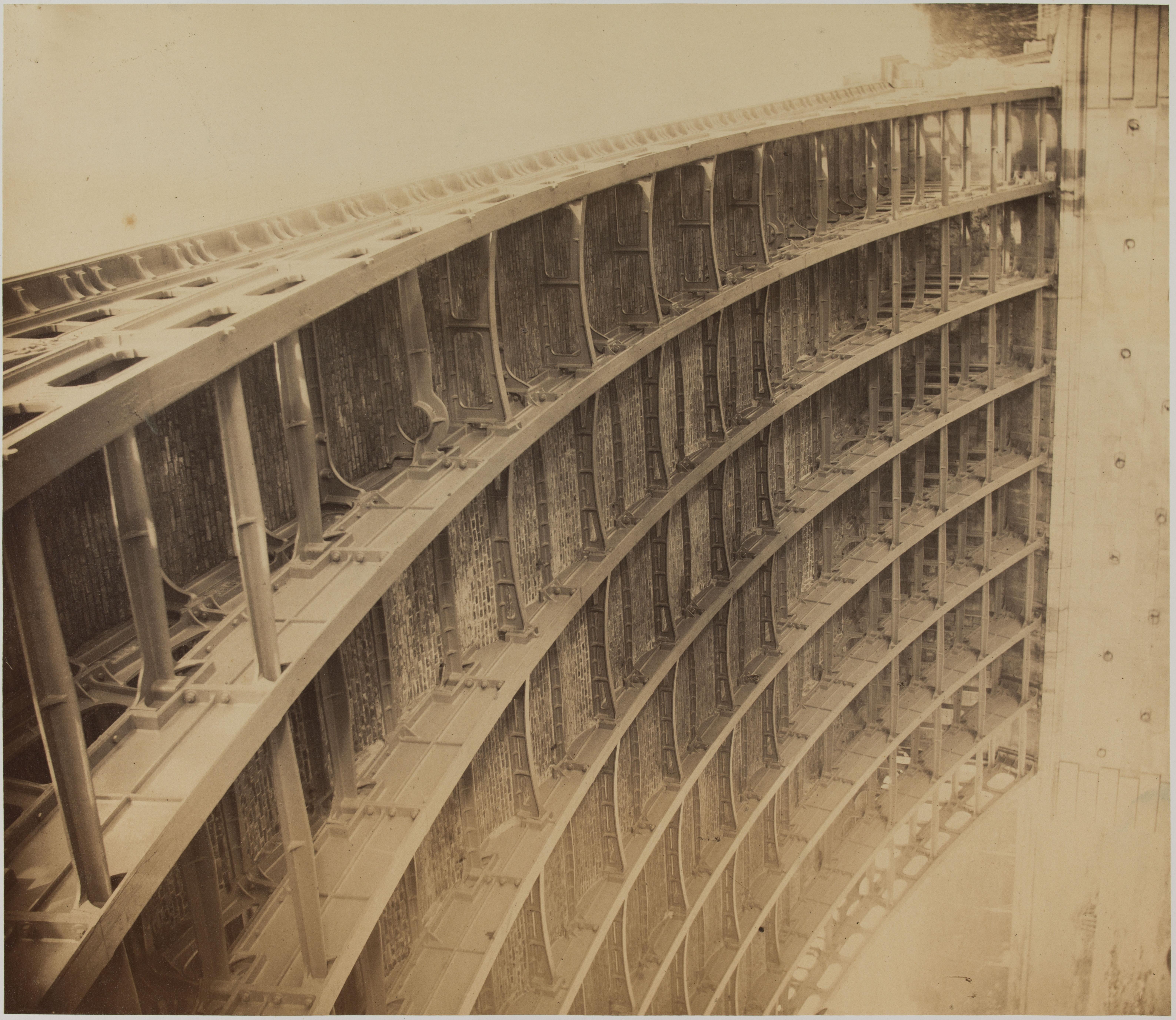 04. Вид чугунной рамы арки, сфотографированной с подножия на левом берегу