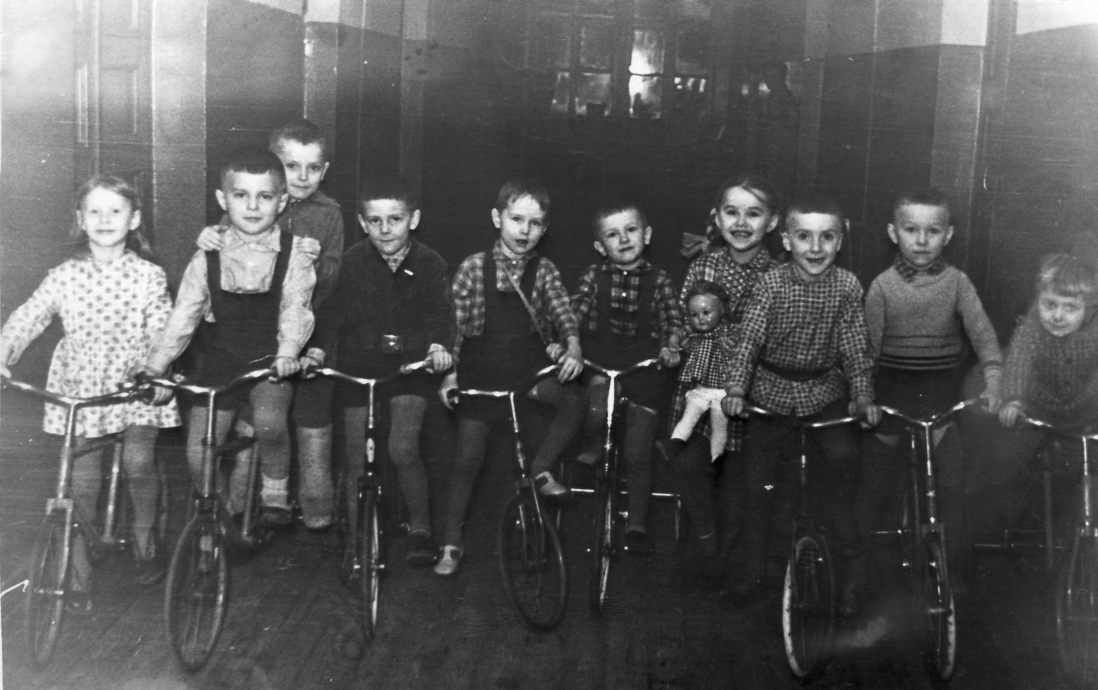 1961. Гонки на велосипедах по коридору
