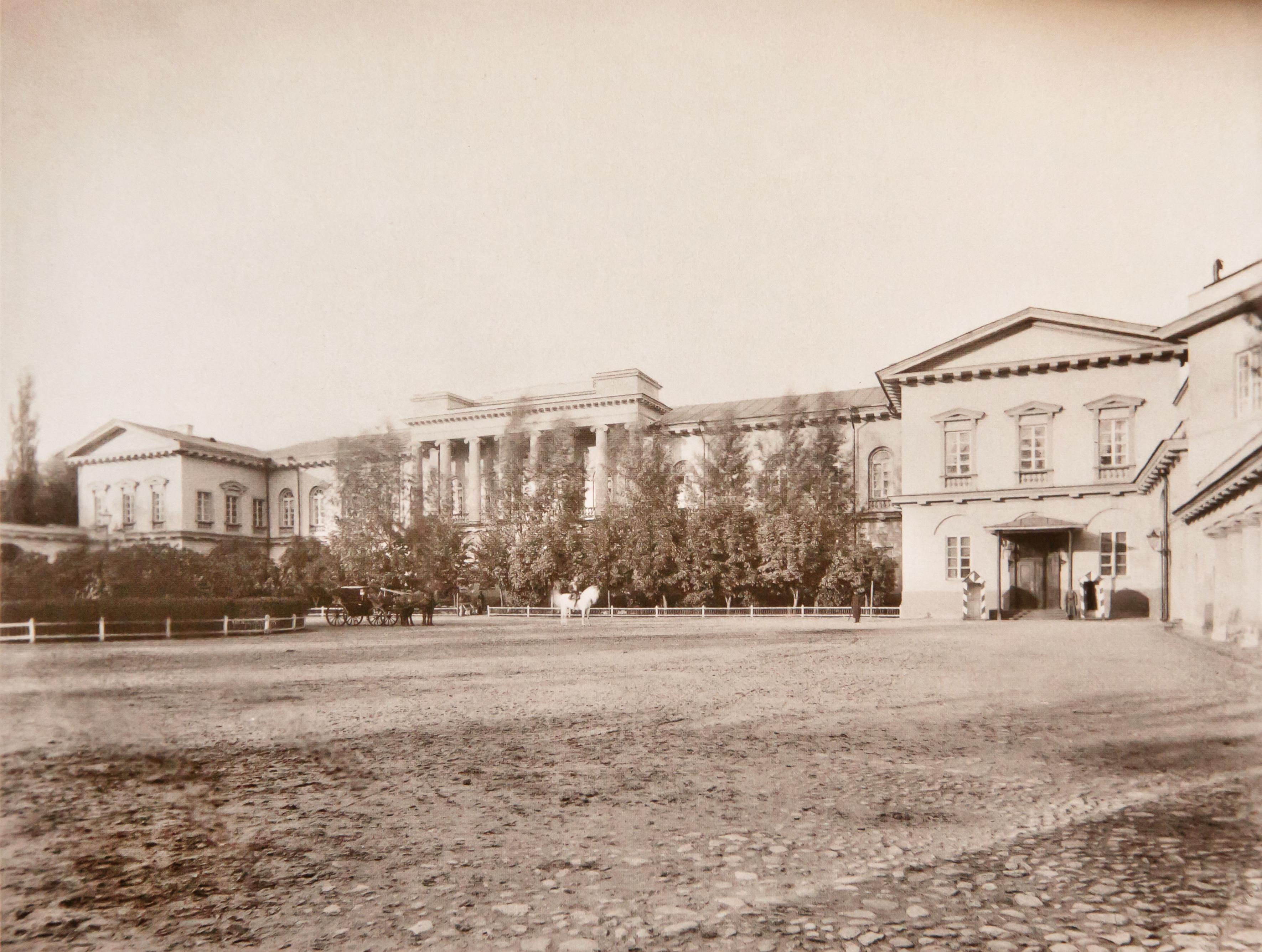 Внутренний двор дворца виленского генерал-губернатора. 1873