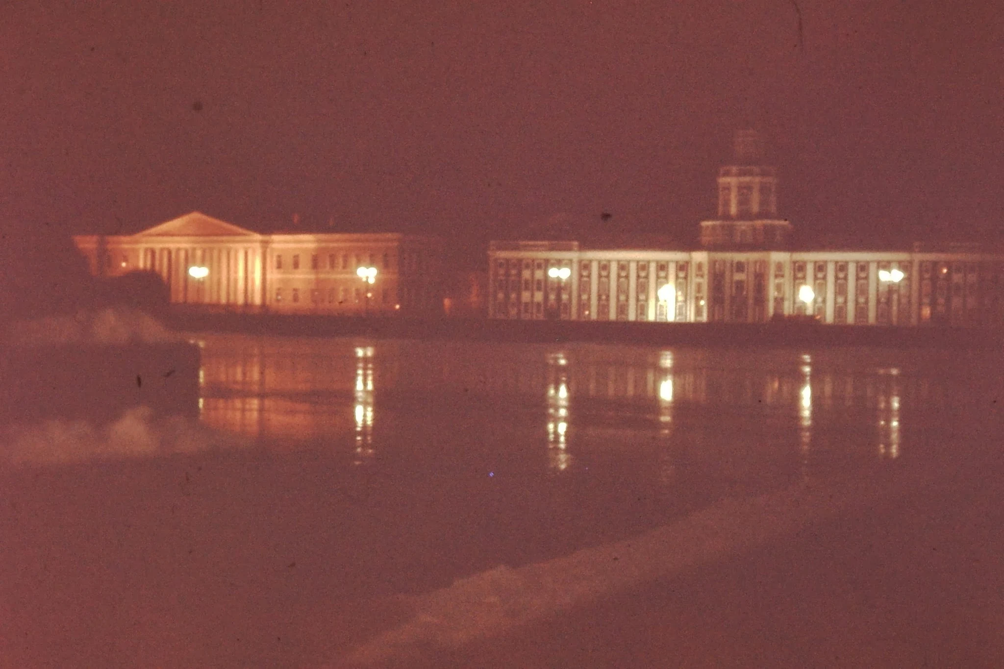 10. Нева, почти не замерзшая. Слева - Академия наук  и справа - Кунсткамера, основанная царем Петром Великим