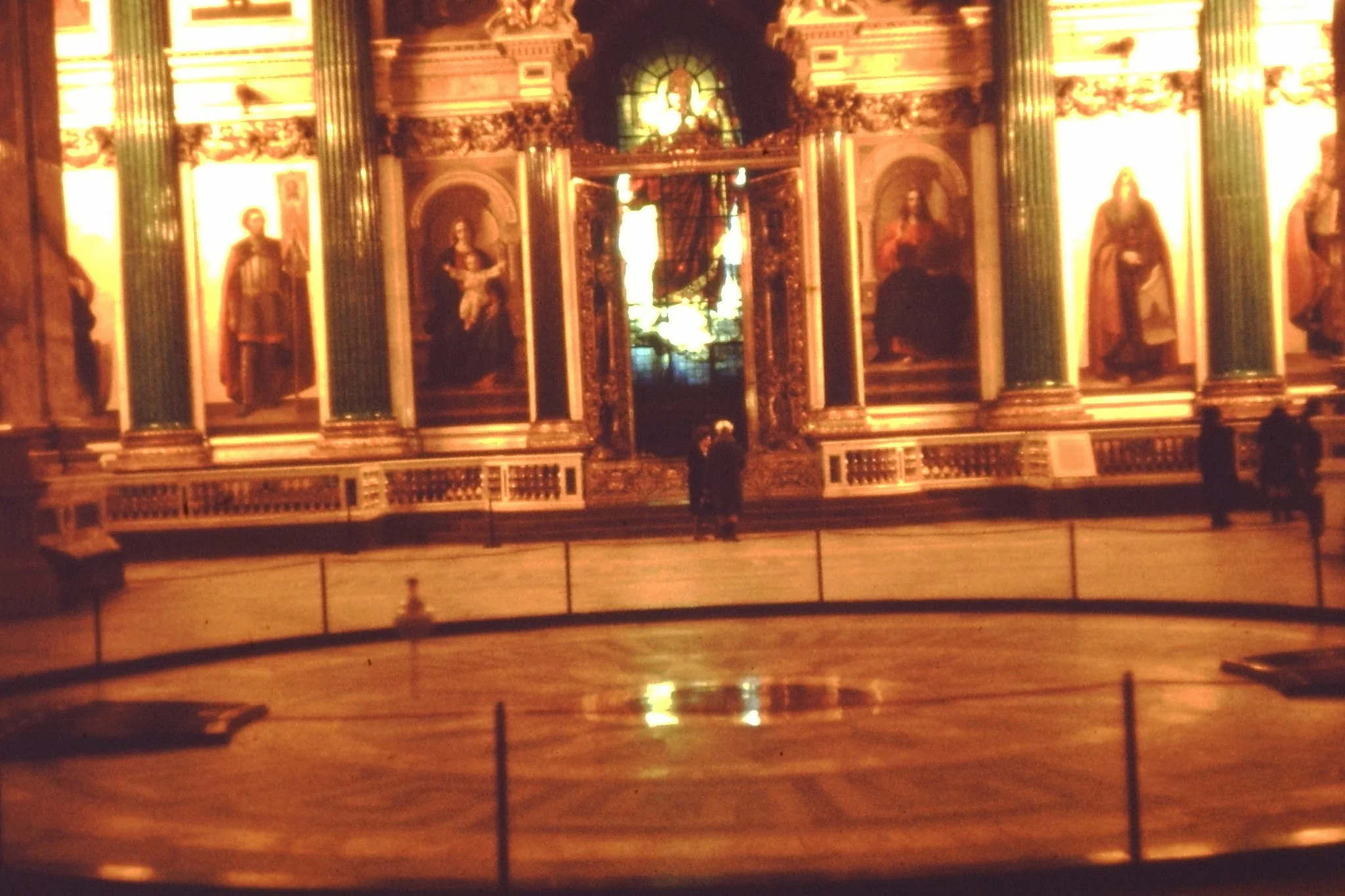 18. Исаакиевский собор. Демонстрация маятника Фуко, который доказывает, что земля вращается