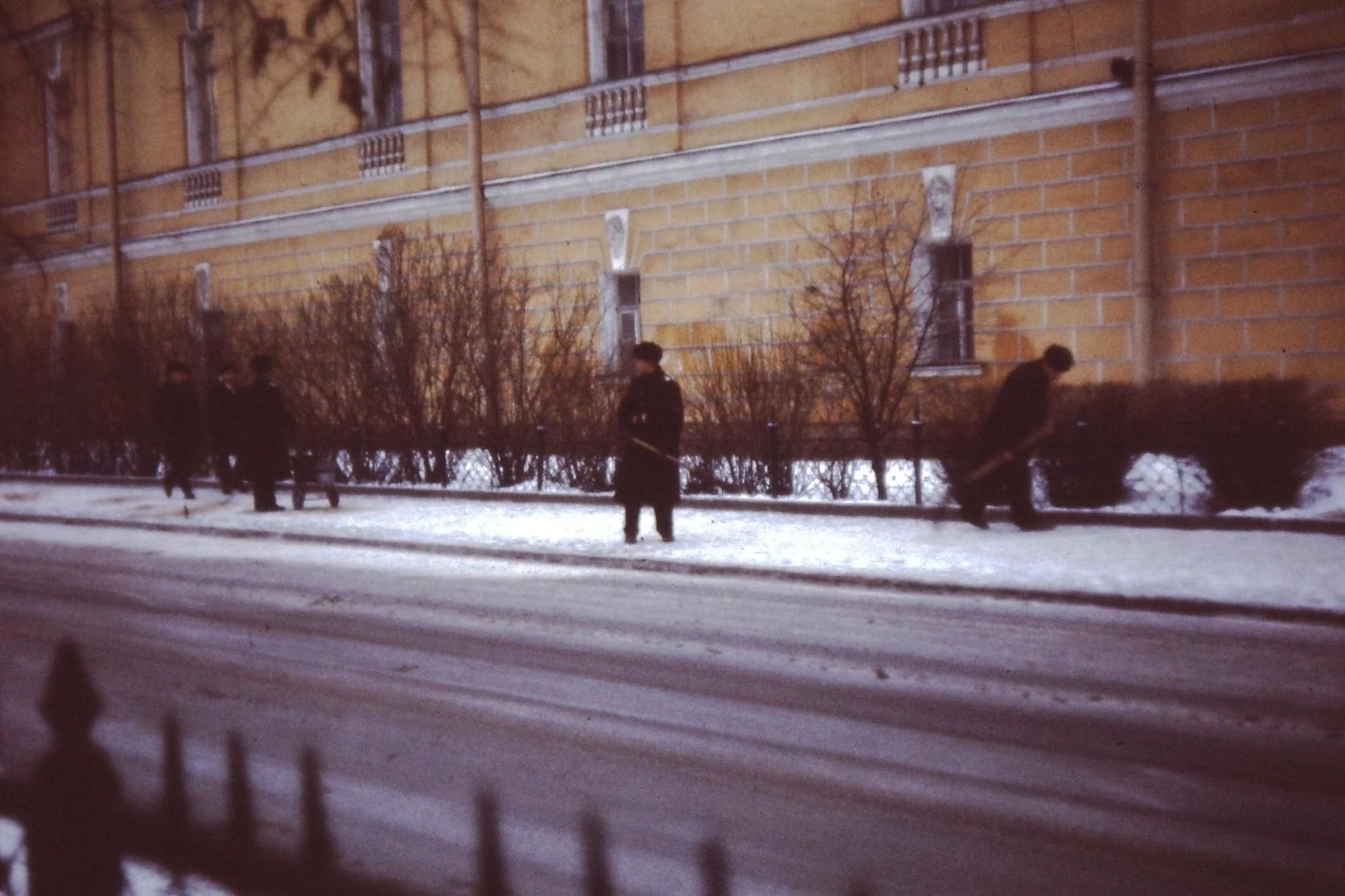 23. Солдаты убирают снег возле Адмиралтейства