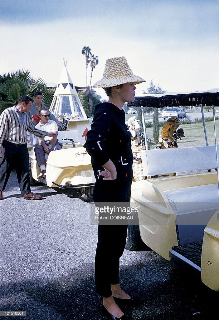 1960. Палм-Спрингс. Женщина наблюдает за игрой гольфистов