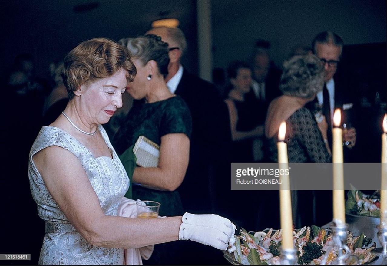 1960. Палм-Спрингс. Женщина, пробующая моллюсков