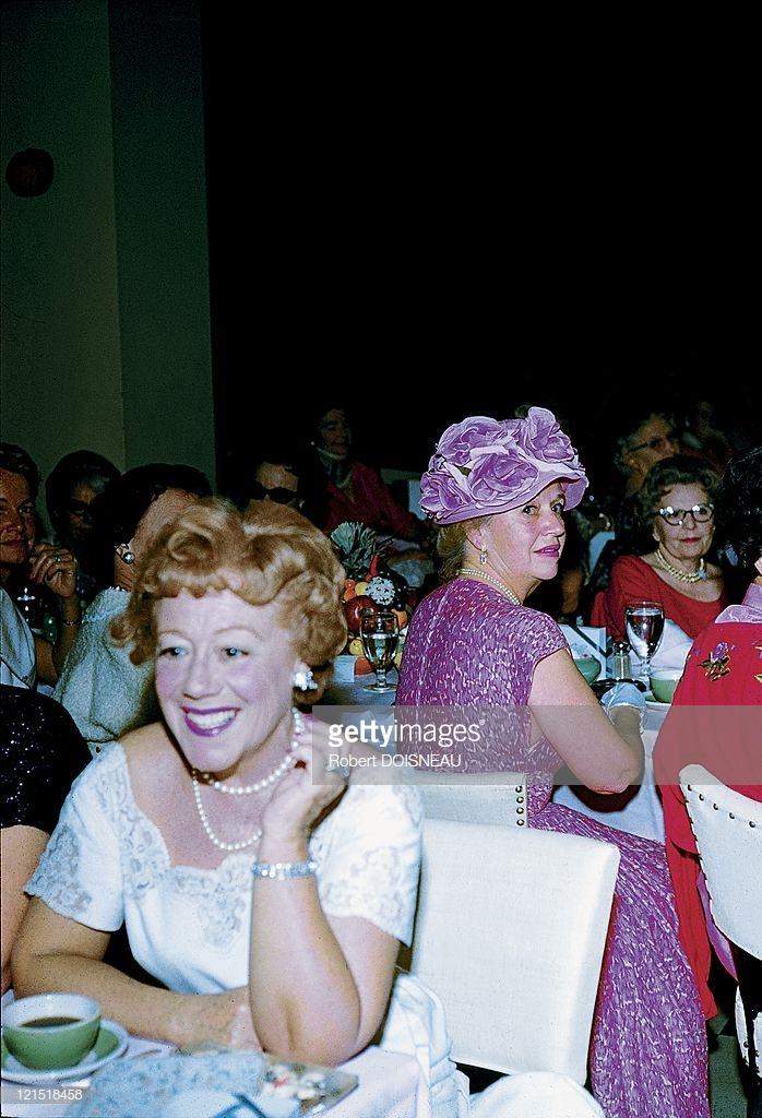 1960. Палм-Спрингс. Женщина за столиком