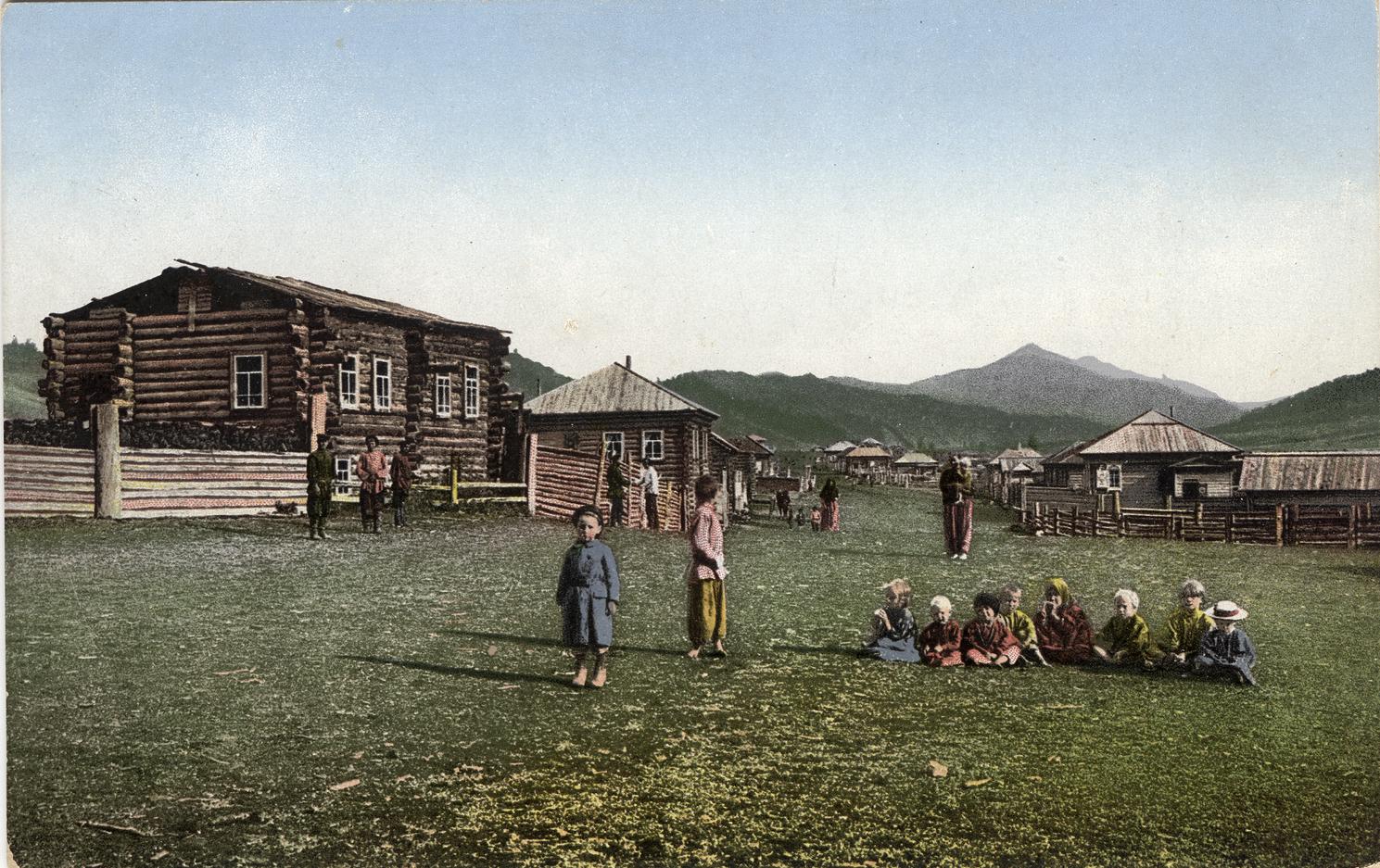 Улица в селе Черный Ануй. Русские дети