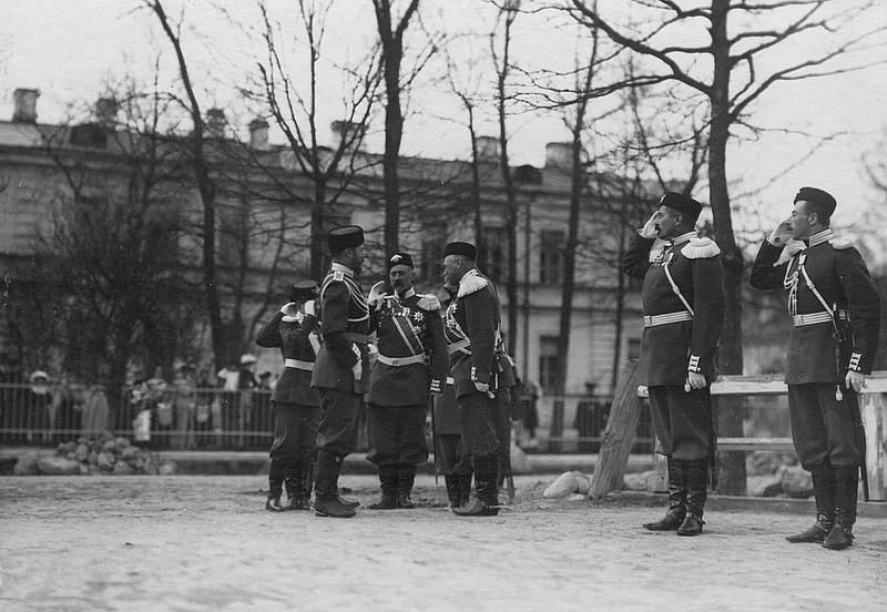 Император Николай II и великий князь Дмитрий Павлович (шеф батальона) на освящении церкви 2-ого Царскосельского стрелкового батальона. 19 ноября (2 декабря) 1904 года