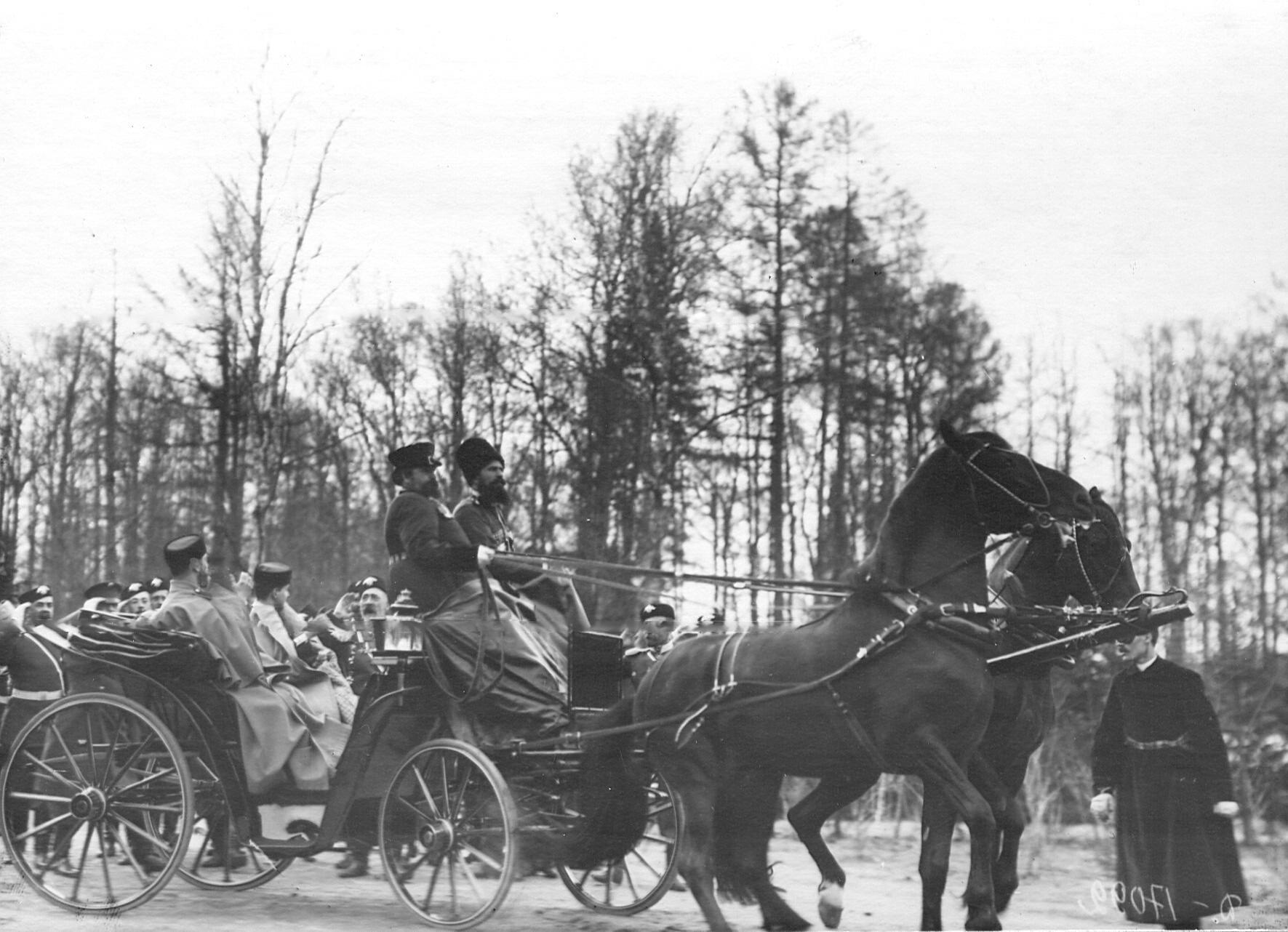 Император Николай II , великий князь Дмитрий Павлович в экипаже уезжают после парада 2-ого Царскосельского стрелкового батальона