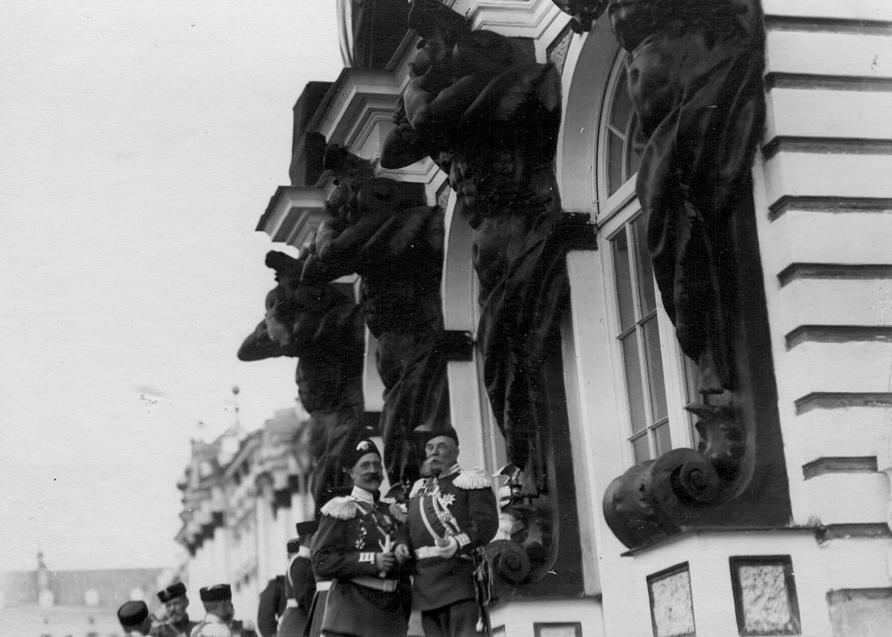 Группа генералов 2-го стрелкового Царскосельского батальона у здания Екатерининского дворца. 21 апреля 1905