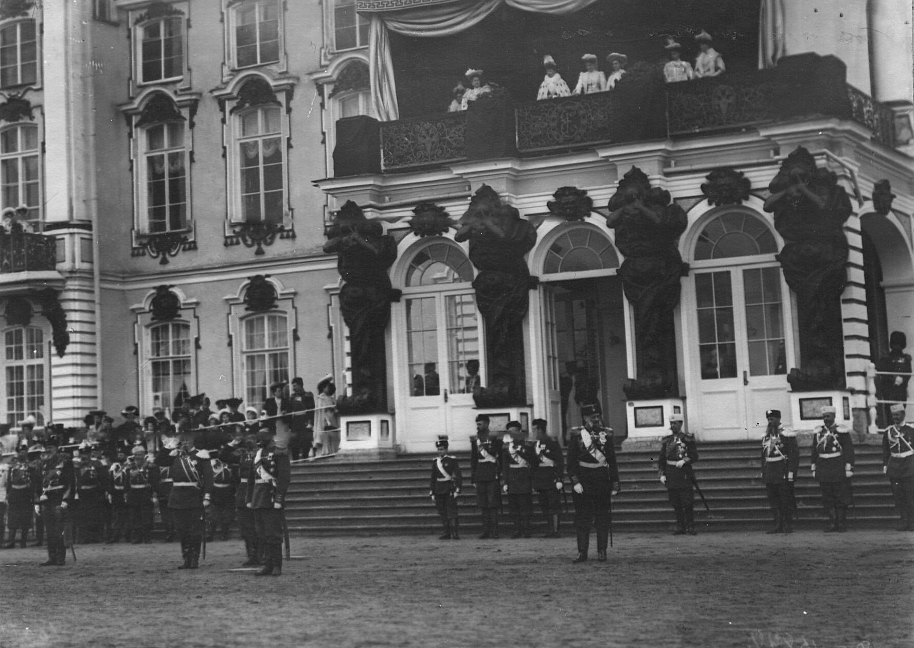 Император Николай II, члены императорской фамилии и генералитет на параде 1-го и 2-го стрелковых батальонов у Екатерининского дворца.21 апреля 1905