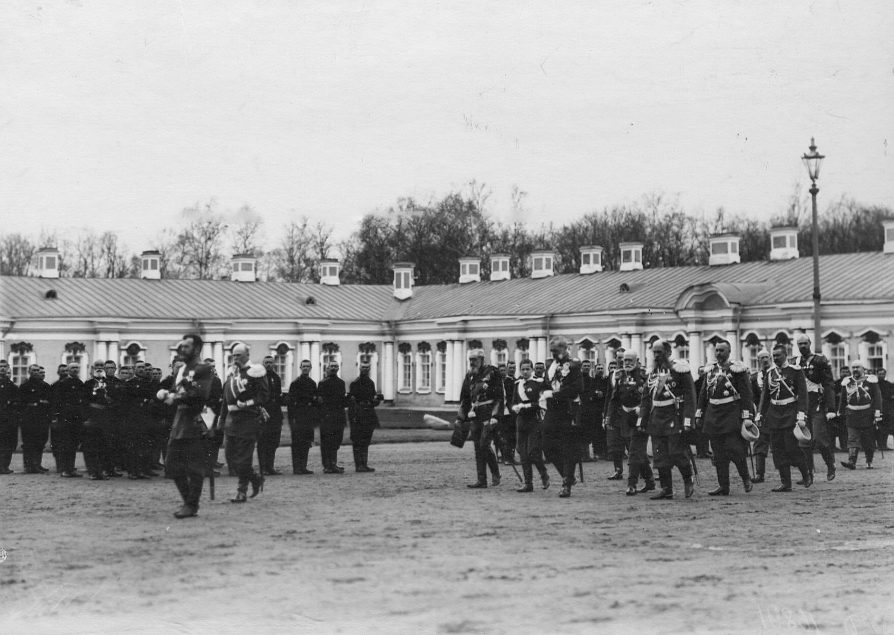 Император Николай II с группой генералов и великих князей перед молебном на  параде 2-го стрелкового Царскосельского батальона. 21 апреля 1905