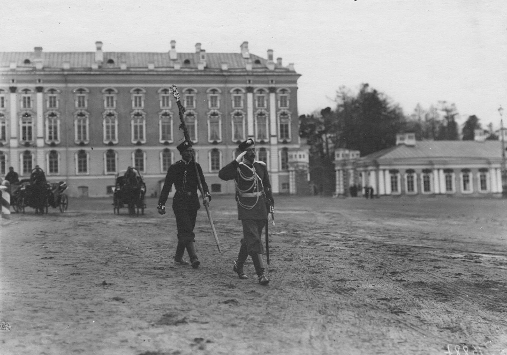 Вынос знамени лейб-гвардии 2-го Царскосельского стрелкового батальона во время парада батальонов. 21 апреля 1905