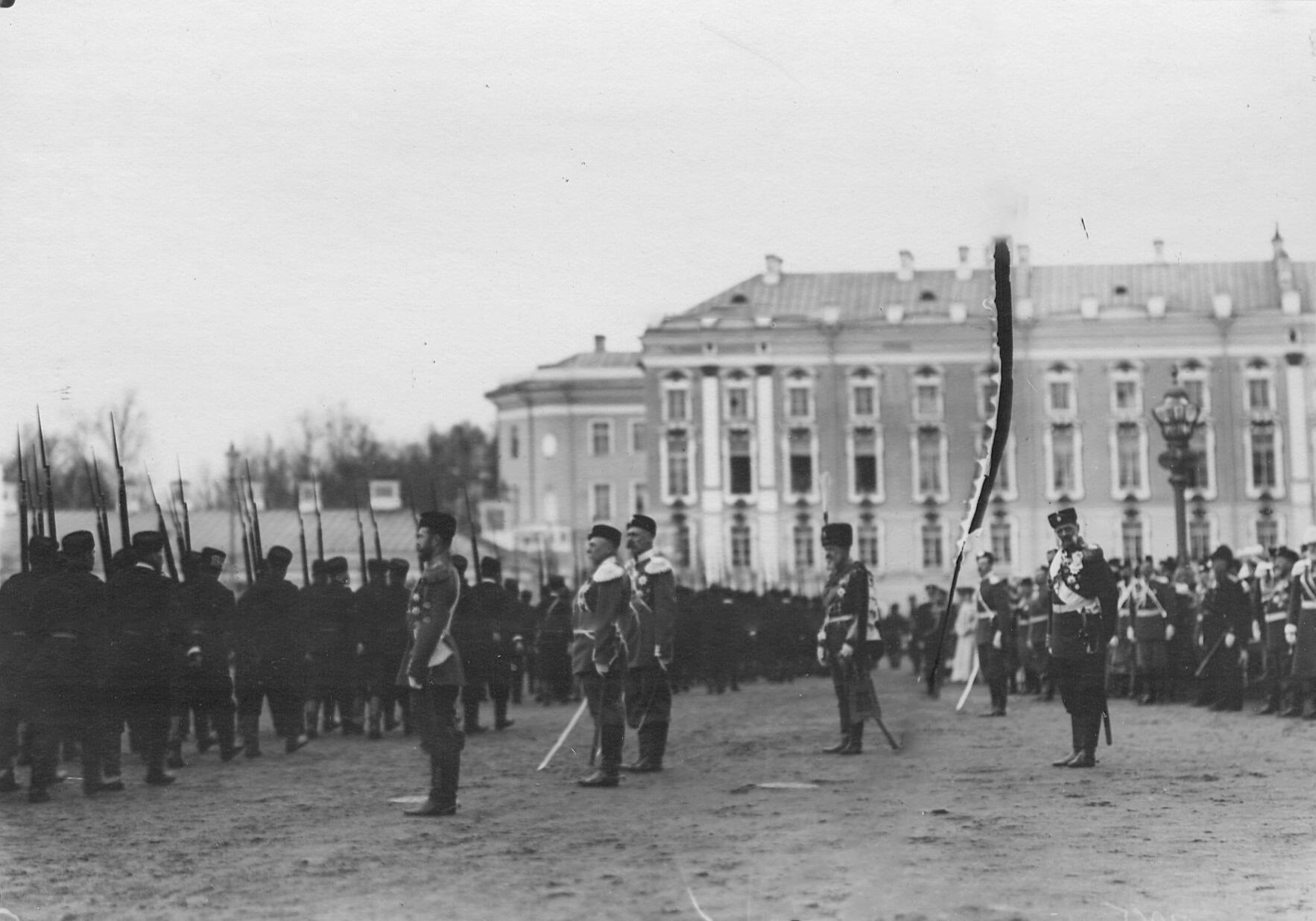Император Николай II принимает парад 2-го стрелкового Царскосельского батальона. 21 апреля 1905
