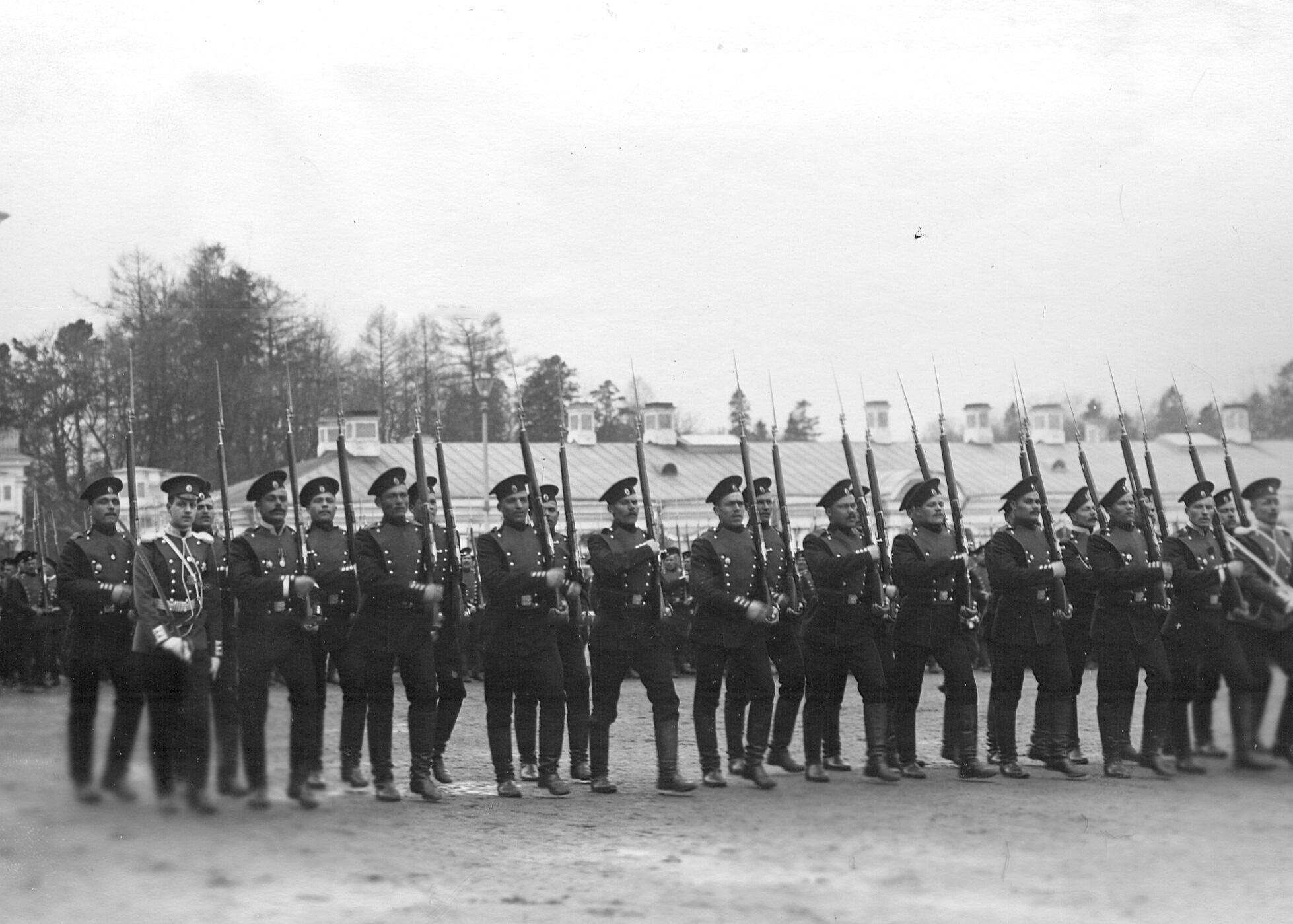 Шеф 2-го Царскосельского стрелкового батальона великий князь Дмитрий Павлович (2-й слева) со строем батальона во время  церемониального марша на плацу перед Большим Екатерининским дворцом