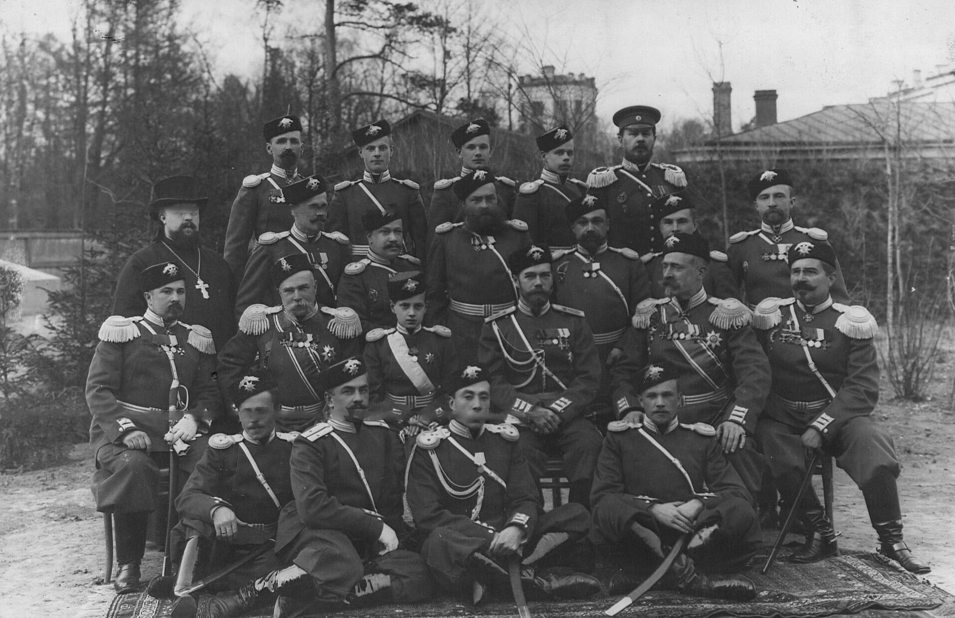 Император Николай II и  шеф 2-ого Царскосельского стрелкового батальона великий князь Дмитрий Павлович среди офицеров в расположении батальона около Орловских ворот.