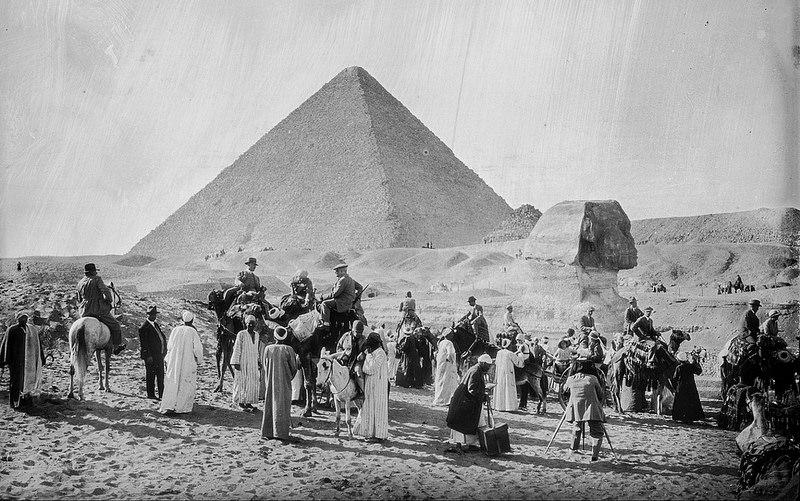 Гиза. Группа туристов перед ВеликимСфинксом и пирамидой Хеопса