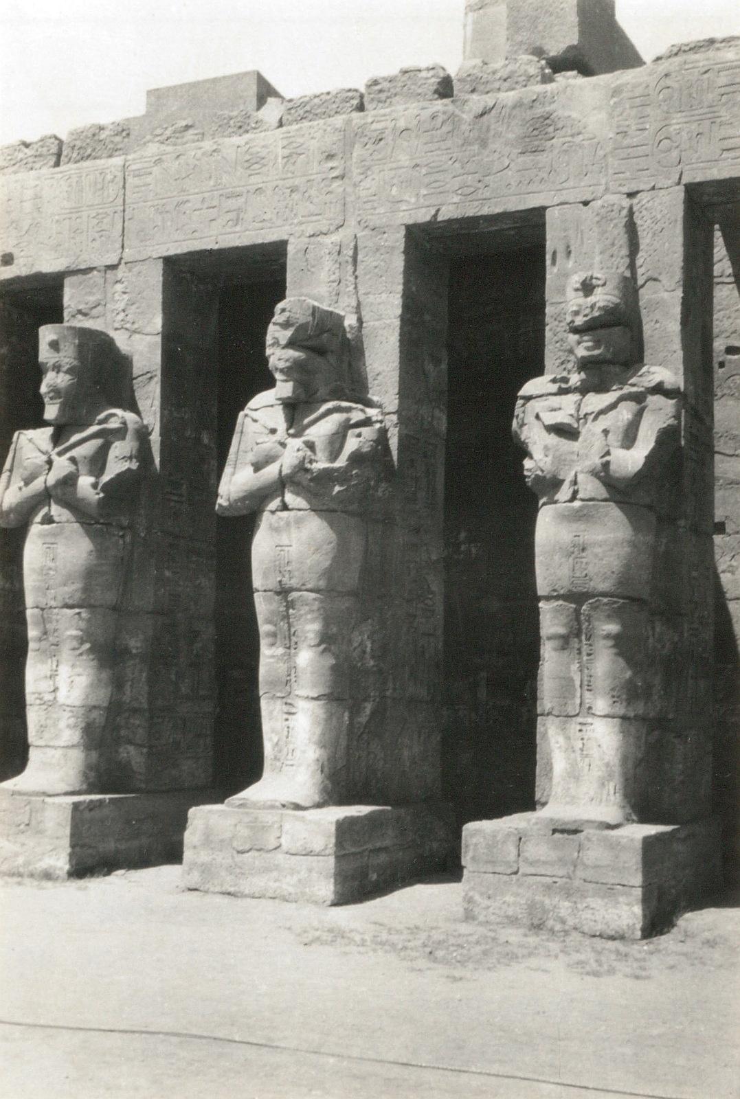 Карнак. Храм Рамзеса III. Статуи Осириса в большом дворе