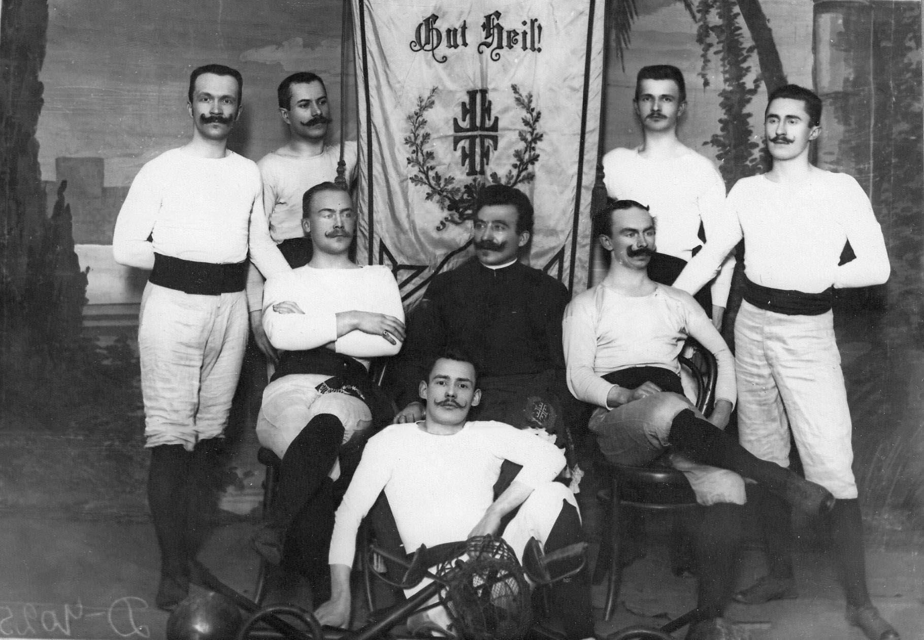 Группа членов Гимнастического общества «Пальма» обучающихся фехтованию