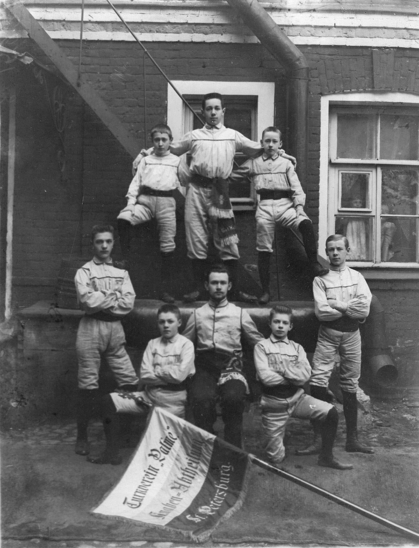 Юношеская группа членов гимнастического общества «Пальма» со знаменем