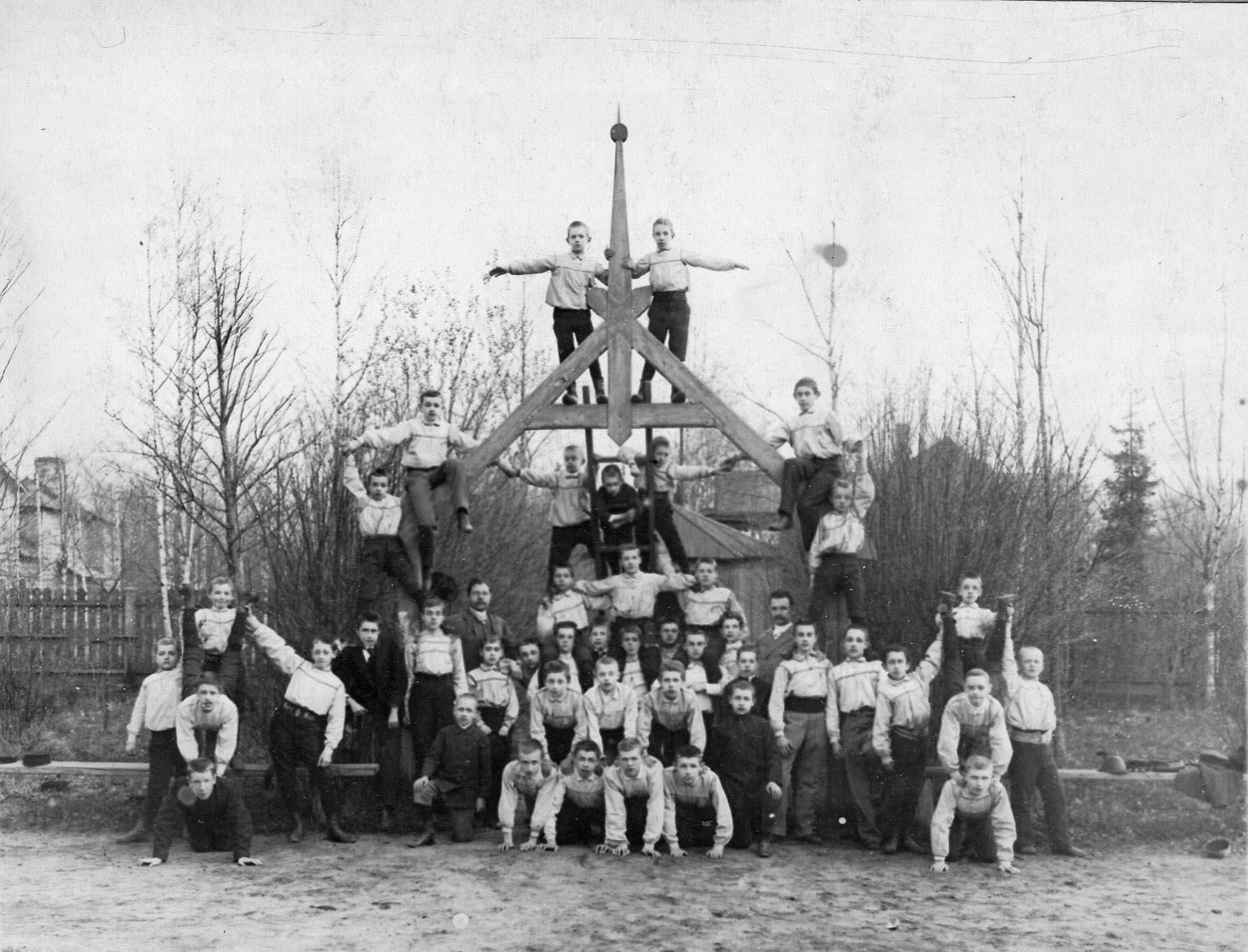 Пирамида, выполненная детьми, учащимися в секциях при гимнастическом обществе «Пальма»
