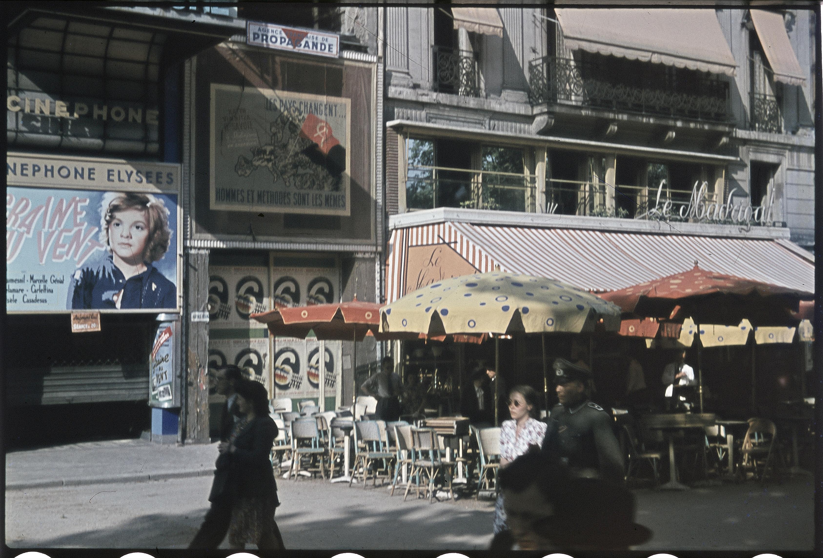 Немецкий солдат с французской подругой перед кафе «Синефон» на Елисейских полях
