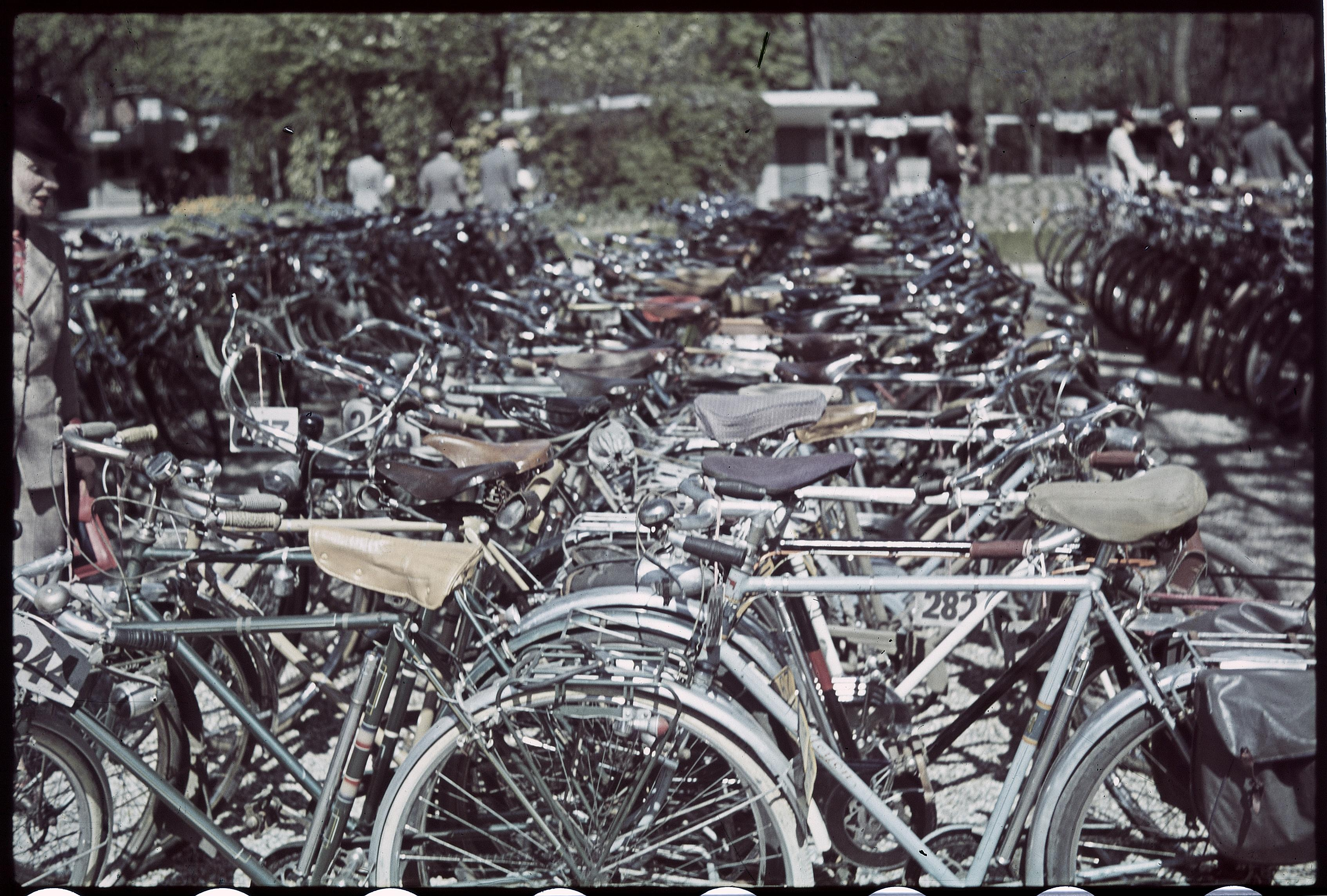 Лоншан. Автостоянку оккупировали велосипеды, единственный способ передвижения парижан