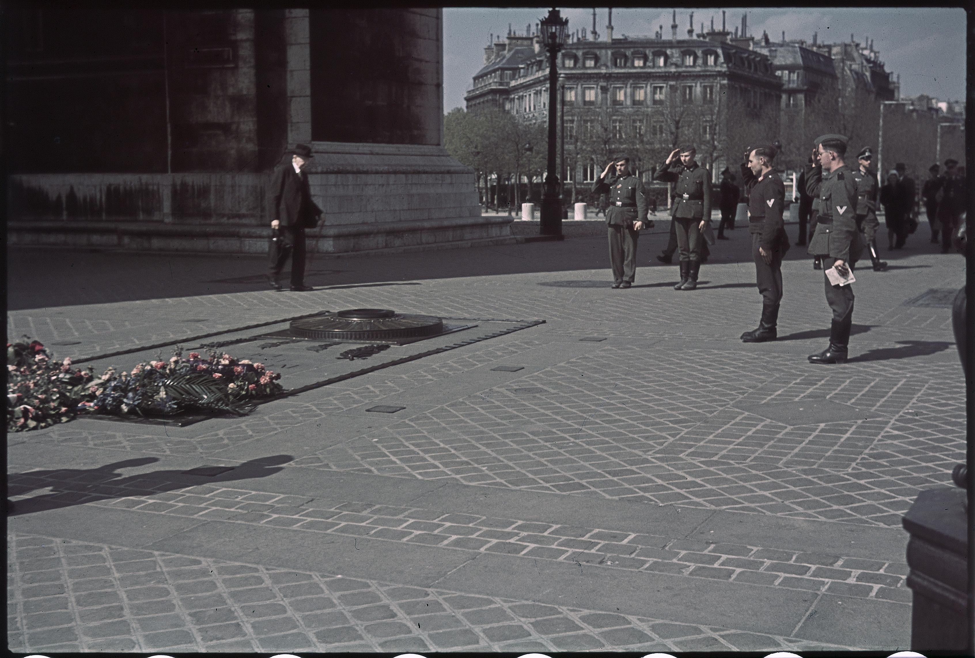 Немецкие солдаты и «Серые мыши» на могиле Неизвестного солдата