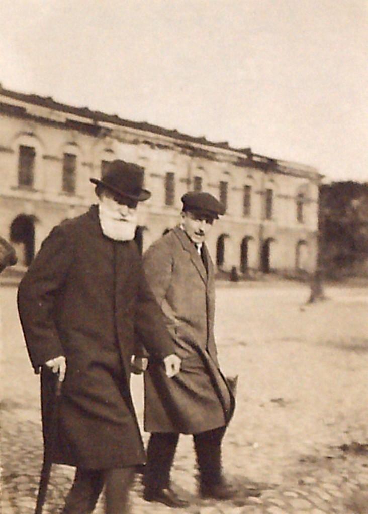 И.П.Павлов и профессор Ю.В.Фольборт идут по площади перед Библиотекой АН СССР, возвращаясь со «среды» в Физиологическом институте АН СССР
